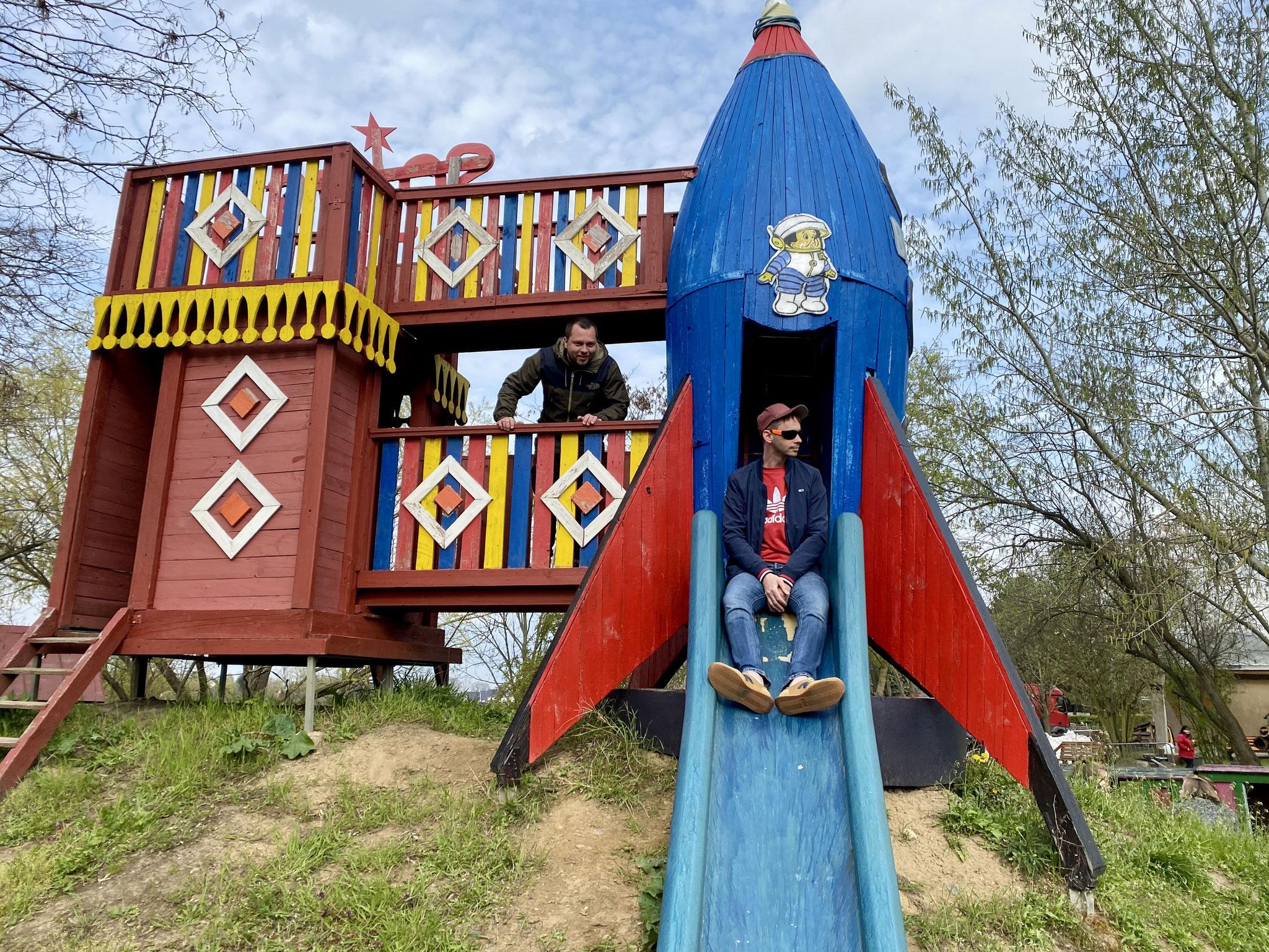 Der Raketenstartplatz gehört zu den Attraktionen auf dem Spielplatz. Auch die Großen finden den ziemlich cool. Hier Thomas Braune und Bjoern Tielebein (beide Linke).