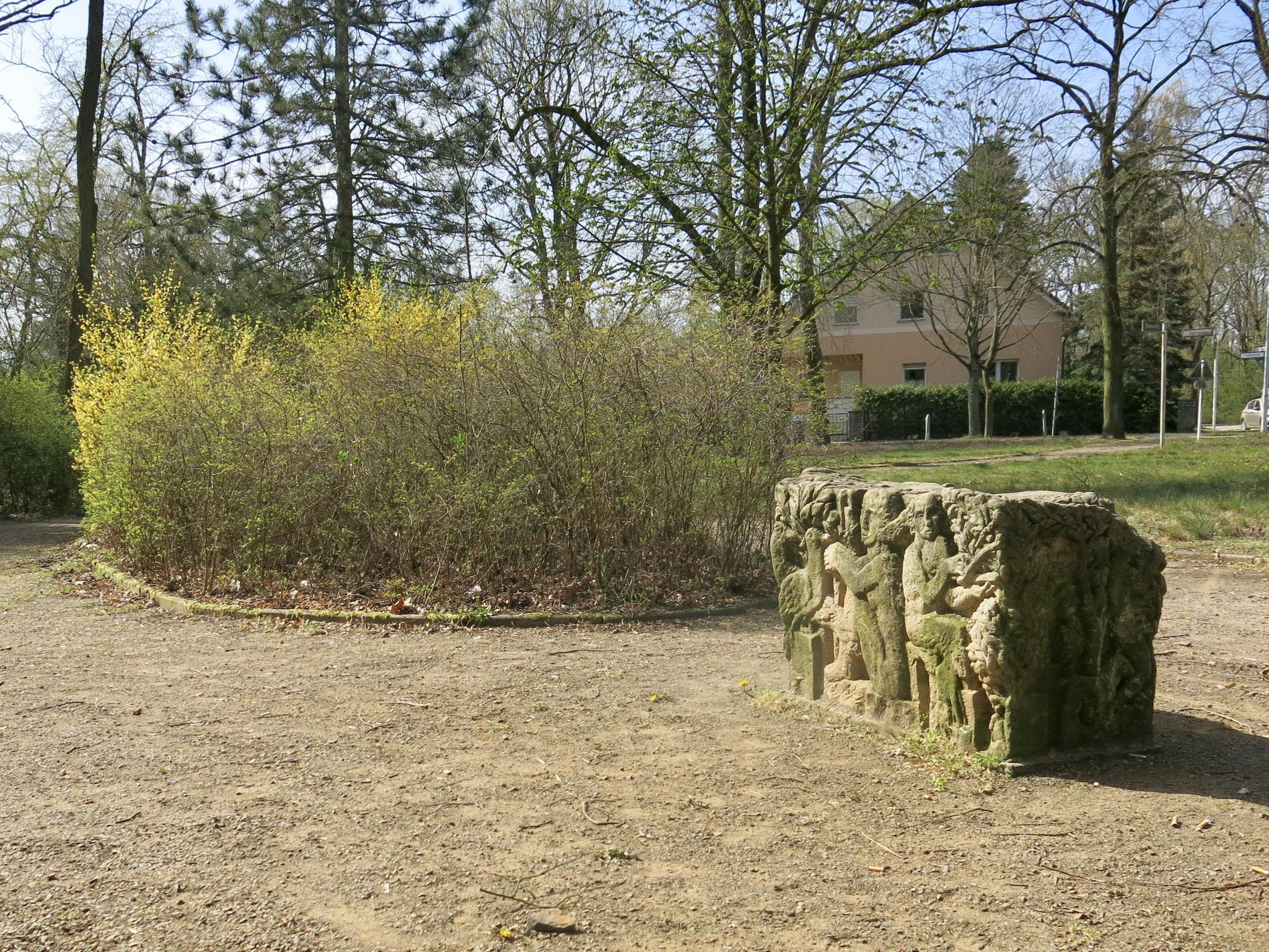 Tipp 8: Körnerteich und -platz: In der kleinen Parkanlage an der Uhlandstraße fallen drei Stelen aus Stein auf. Sie wurden 1987 von dem Bildhauer Karl Blümel geschaffen.