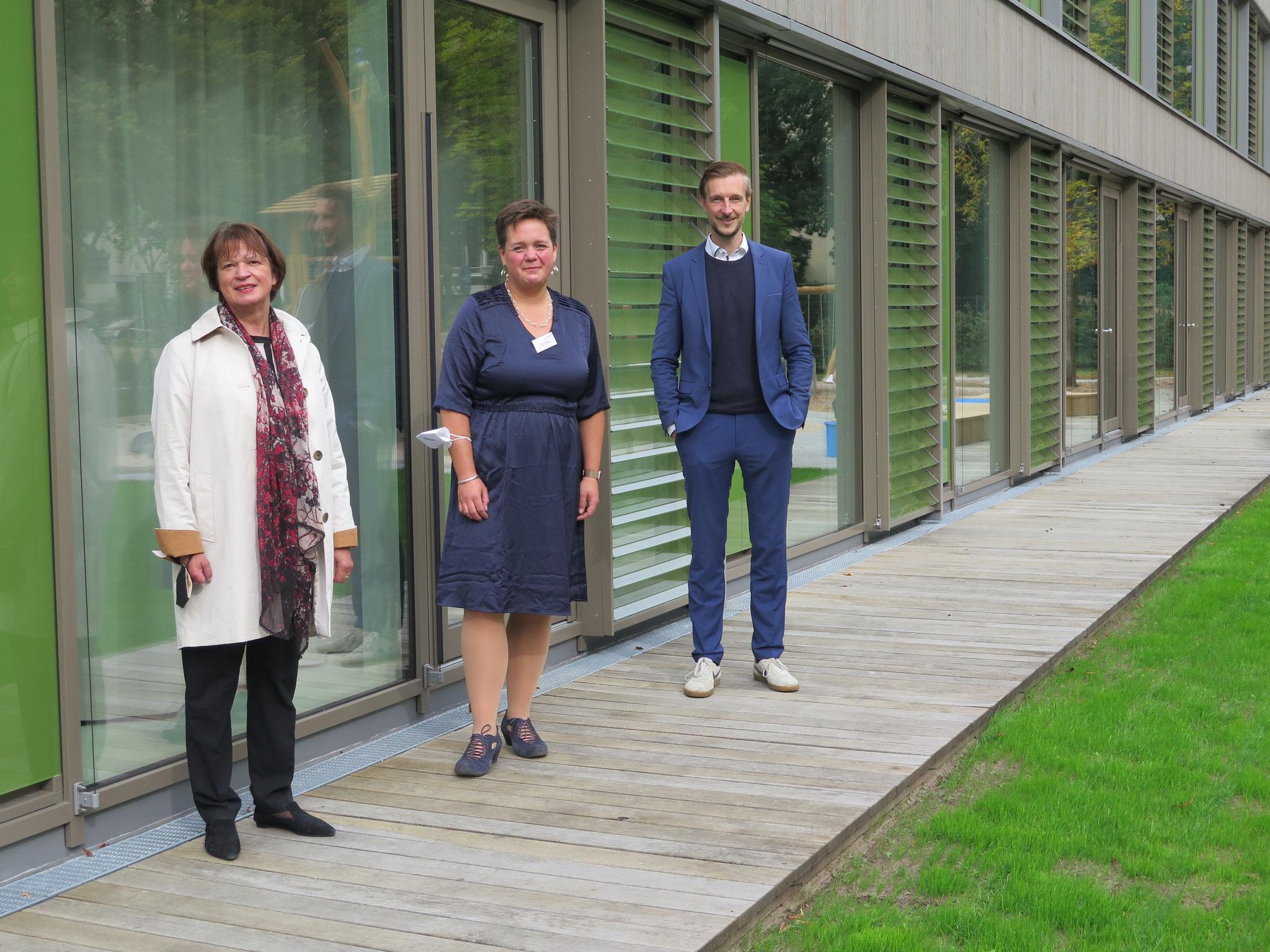 Jugendstaatssekretärin Sigrid Klebba, KiGäNO-Geschäftsführerin Katrin Dorgeist und Familienstadtrat Gordon Lemm am Tag der feierlichen Kita-Einweihung.