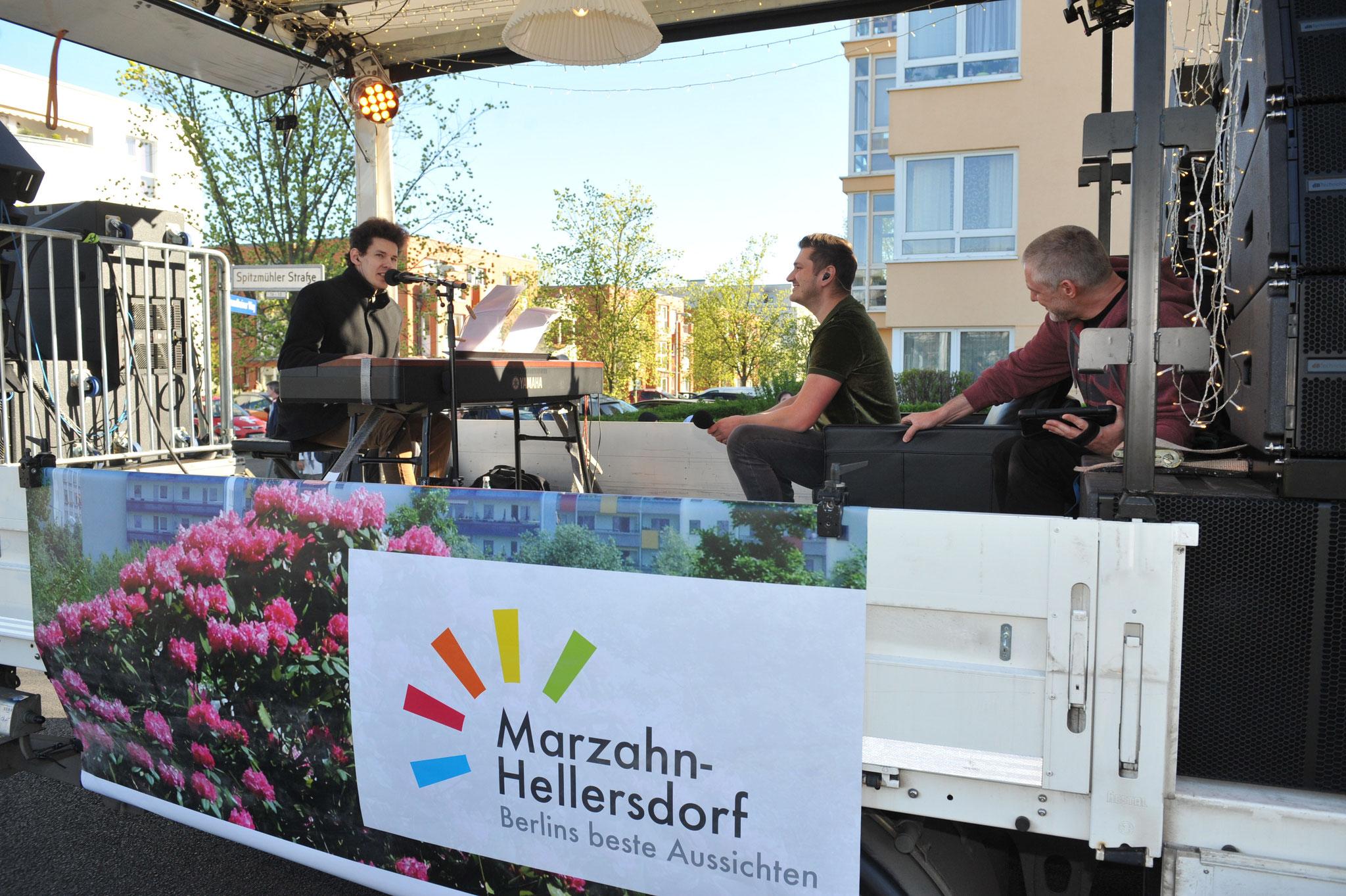 Am Samstag rollte der Truck zunächst durch die Wohngebiete an der Eisenacher Straße. Hier haut Youtube-Star Thomas Krüger gerade in die Tasten. © pressefoto-uhlemann.de