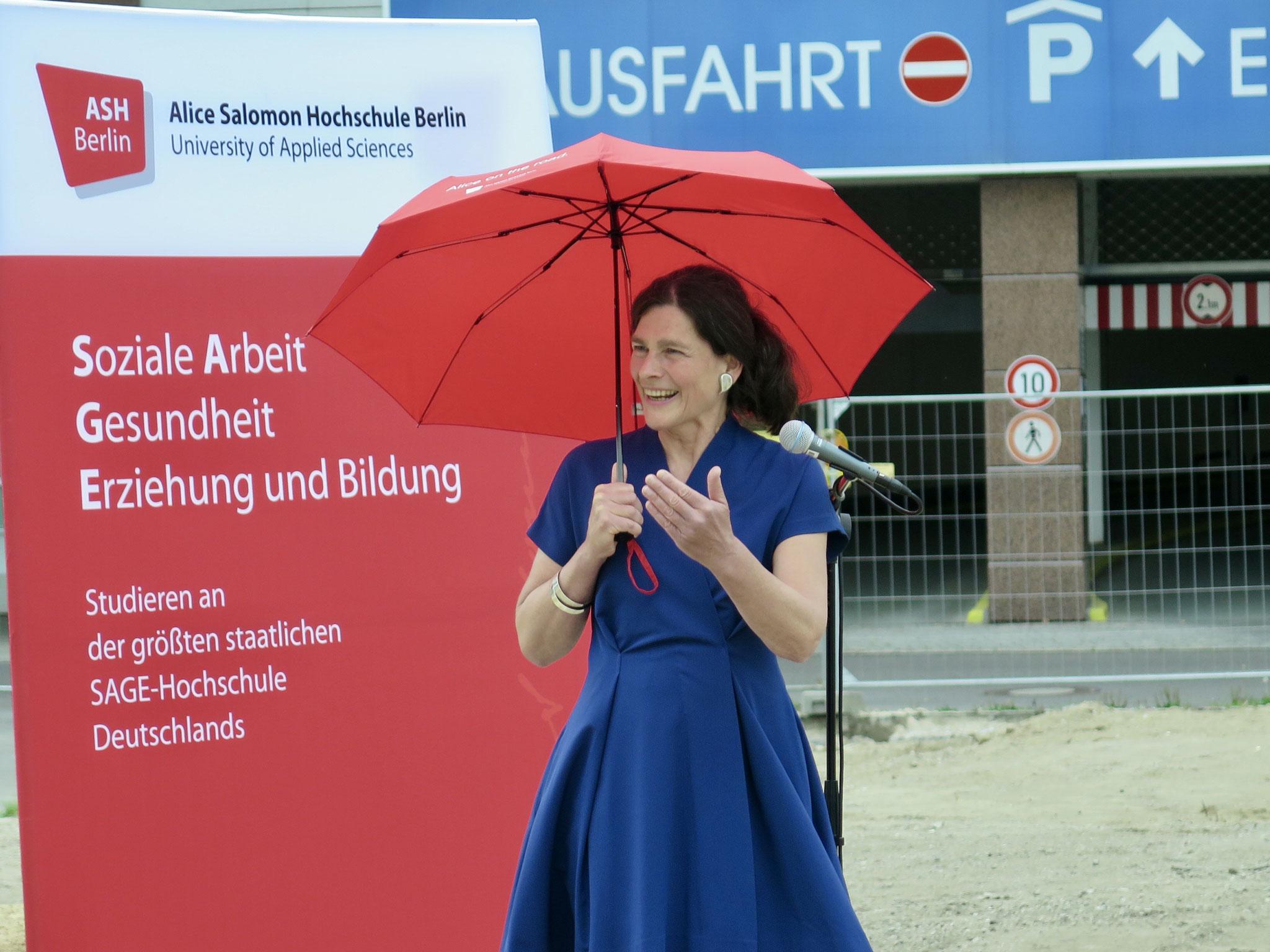 Die Frau mit dem roten Schirm: Rektorin Prof. Dr. Bettina Völter