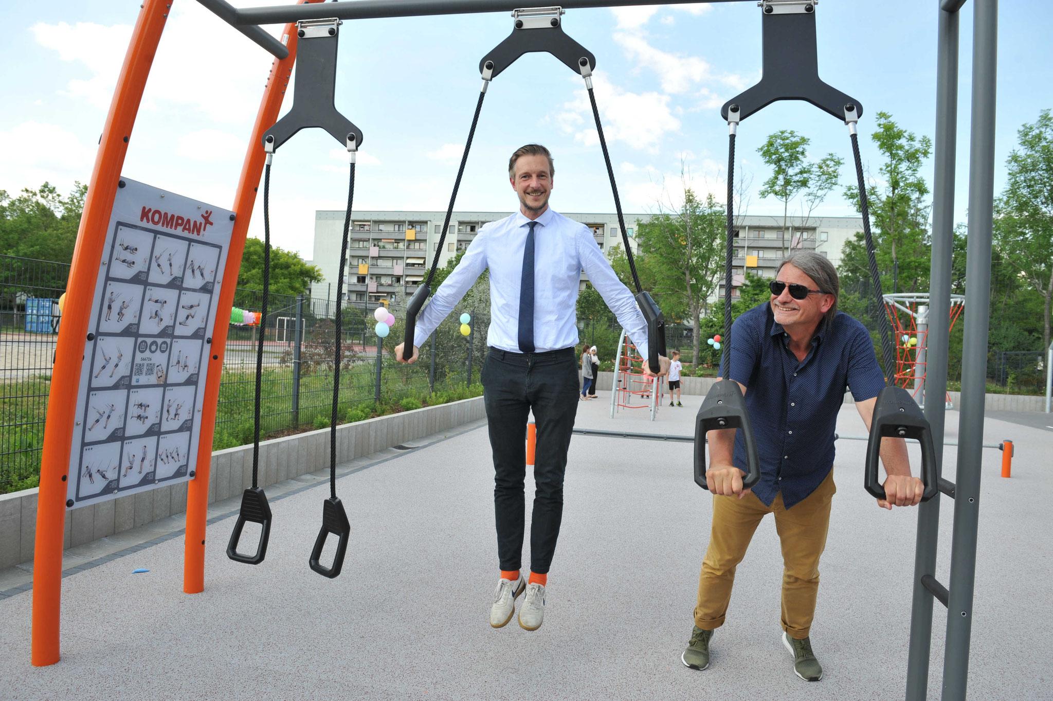 Auch die großen Jungs hatten ihren Spaß: Gordon Lemm und Jugendamtsleiter Heiko Tille. © pressefoto-uhlemann.de