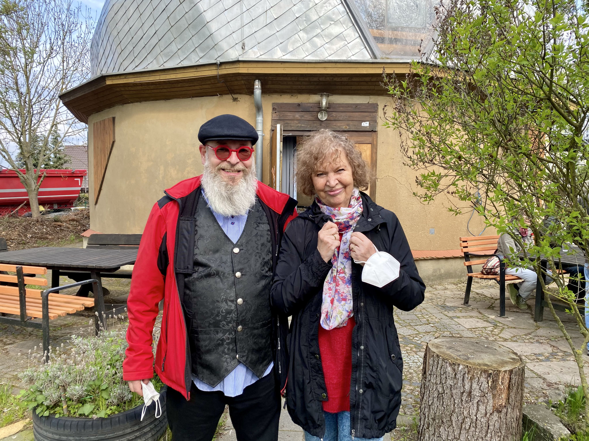 Wolfhart Ulbrich (SPD) von der Spielplatzinitiative mit Frau Puppendoktor Pille, Urte Blankenstein.