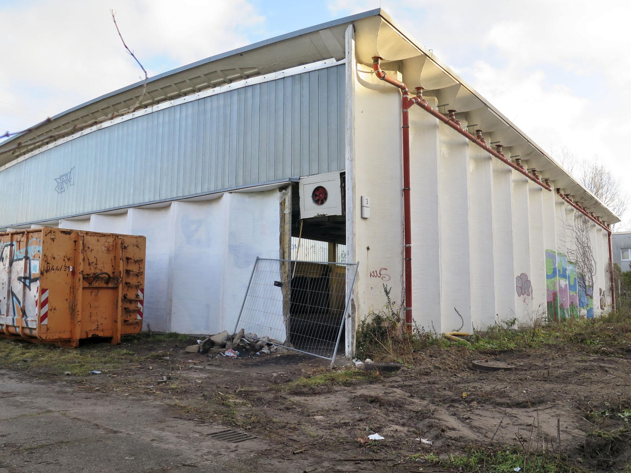 Die zwei maroden Turnhallen auf dem Grundstück müssen noch abgerissen werden.