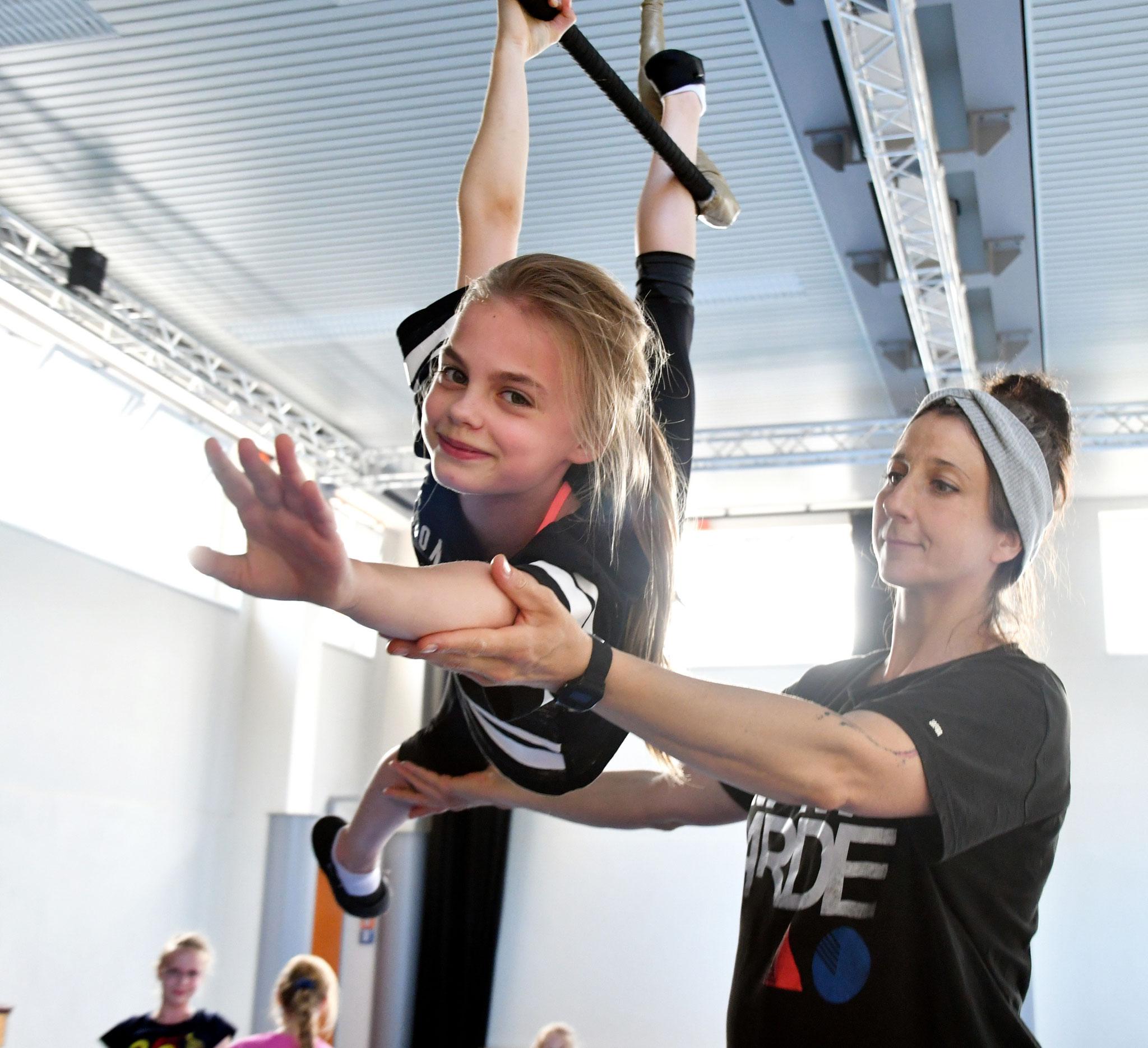 """Louisa (10) trainiert seit einem halben Jahr zweimal pro Woche. Hier zeigt sie am Trapez das Kunststück """"Engel""""."""