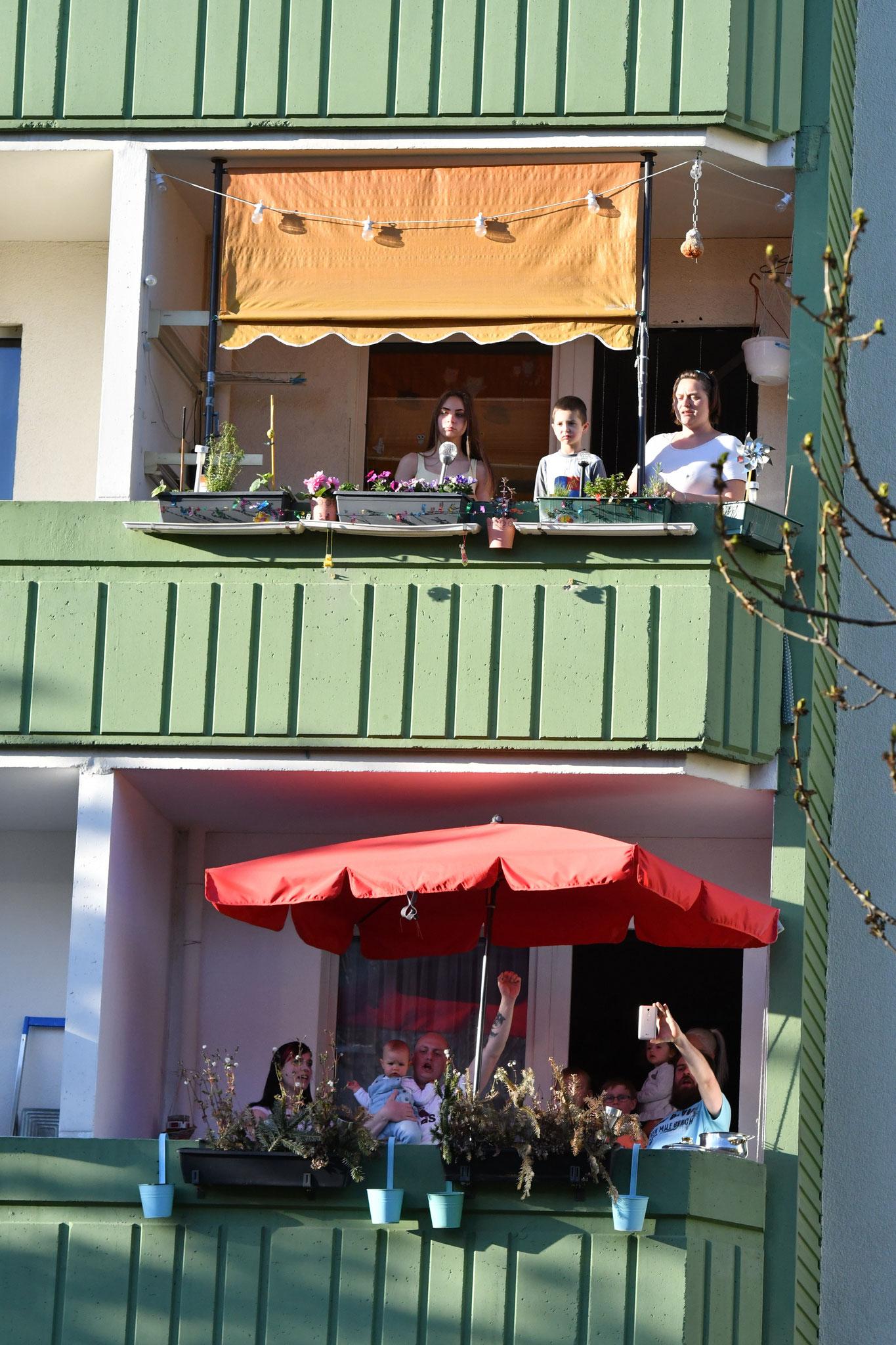 Auf den Balkonen und an den Fenstern wurde gesungen, im Takt gewippt, getanzt, gestaunt, gewunken und gelacht. © pressefoto-uhlemann.de