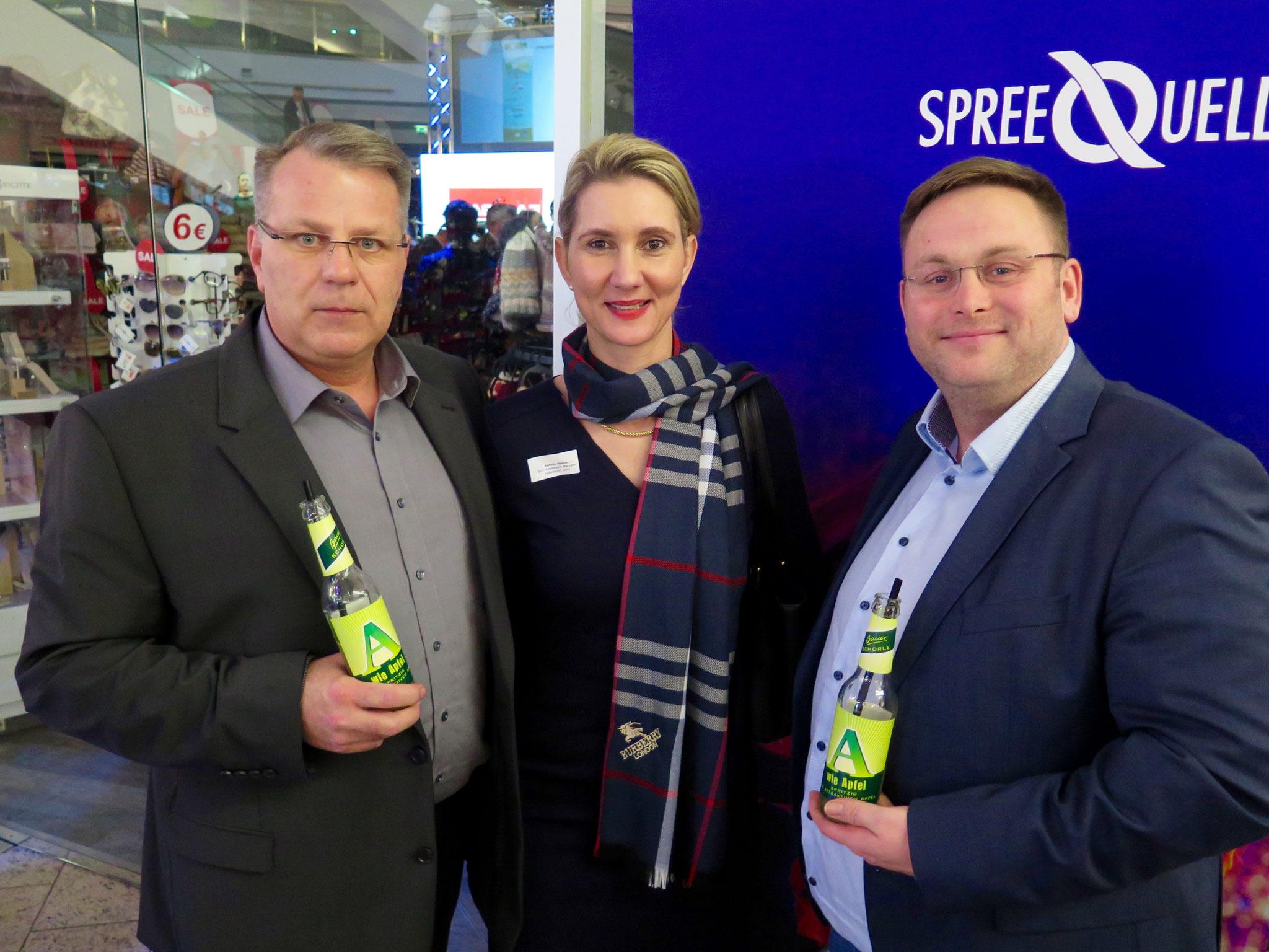Michael Lehmann (CDU-Fraktion Marzahn-Hellersdorf), Kathrin Henkel (BVV-Vorsteherin, CDU) und Sten Meißner vom Förderverein der Freiwilligen Feuerwehr Hellersdorf