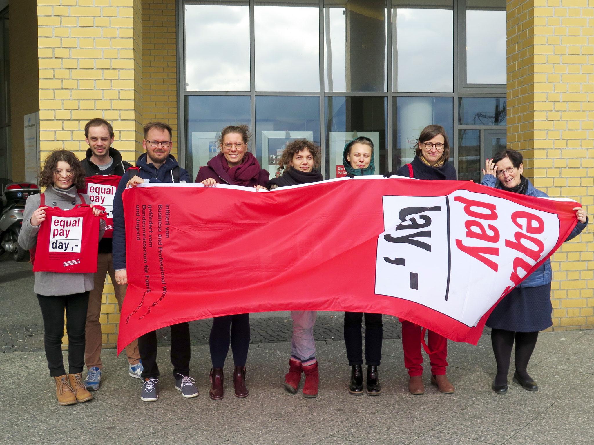 Am Dienstag, dem 17.3., um 11.30 Uhr hisst Bezirksbürgermeisterin Dagmar Pohle vor dem Rathaus auf dem Alice-Salomon-Platz wieder die Equal-Pay-Day-Fahne