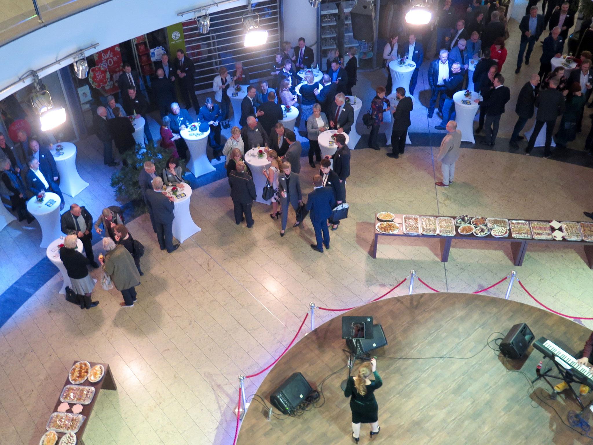 An der Rotunde bei C&A im Erdgeschoss des Eastgate trifft sich das Who-is-Who des Bezirks traditionell zum Neujahrsempfang.