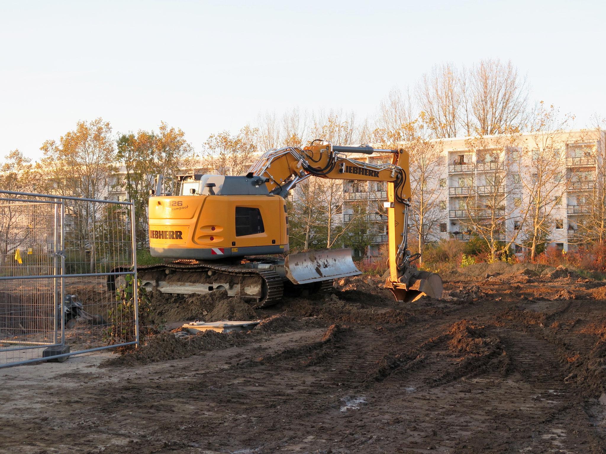 Den Sprengkörper hatten Bauarbeiter am Donnerstagvormittag auf dem Gelände des alten Hellersdorfer Gutes in unmittelbarer Nachbarschaft zur Pusteblume-Grundschule entdeckt.