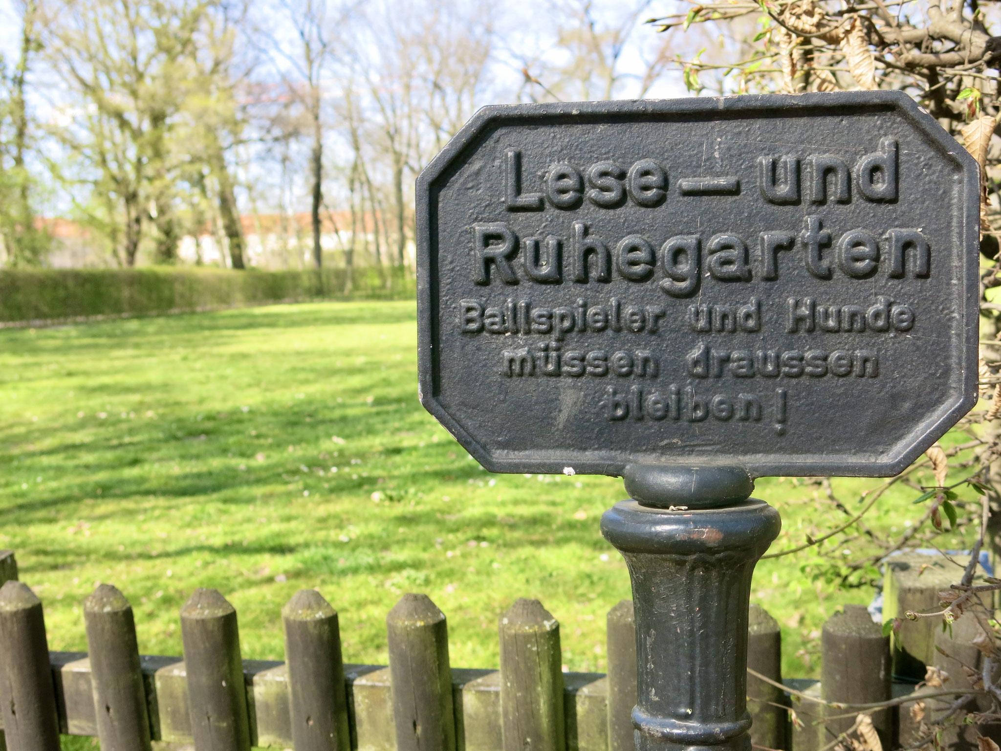 Tipp 4: Schlosspark Biesdorf: Ein früherer Tennisplatz wird heute als Lesegarten und Liegewiese genutzt.