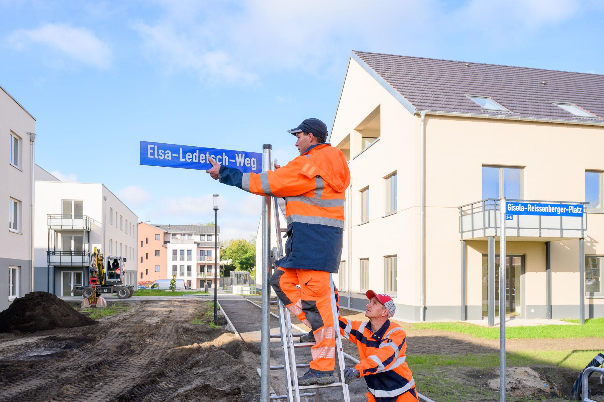Die neuen Straßenschilder wurden im Gut Alt-Biesdorf von der Firma VSTR AG Rodewisch montiert. © STADT UND LAND