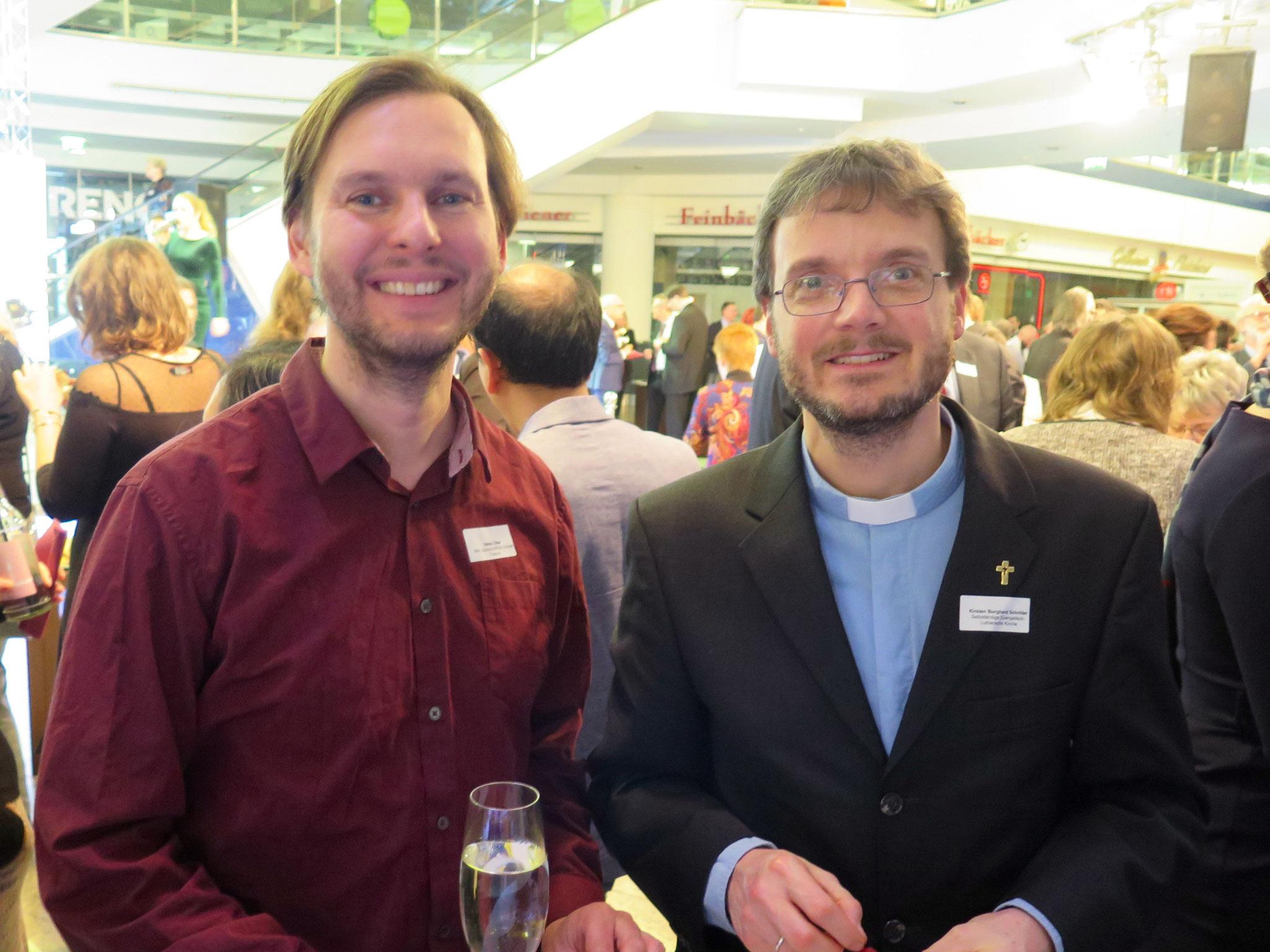Der Grünen-Abgeordnete Stefan Ziller mit Pfarrer Kirsten Burghard Schröter von der  Selbständigen Evangelisch-Lutherischen Kirche