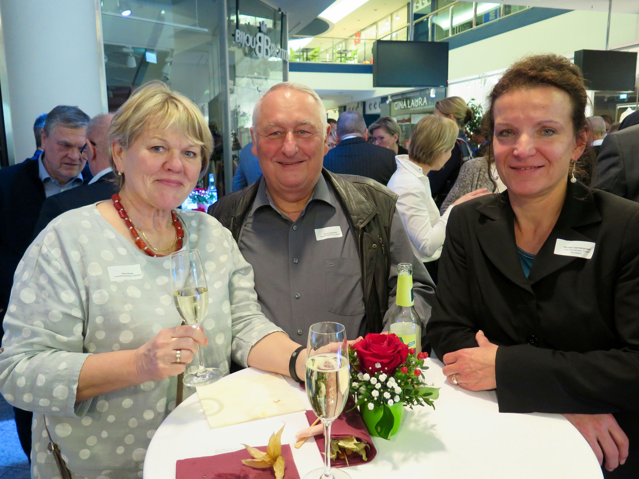 Katrin König und Bernd Usenbinz (beide Handelsvertretung Usenbinz) mit Daniela Garmshausen (LBS)