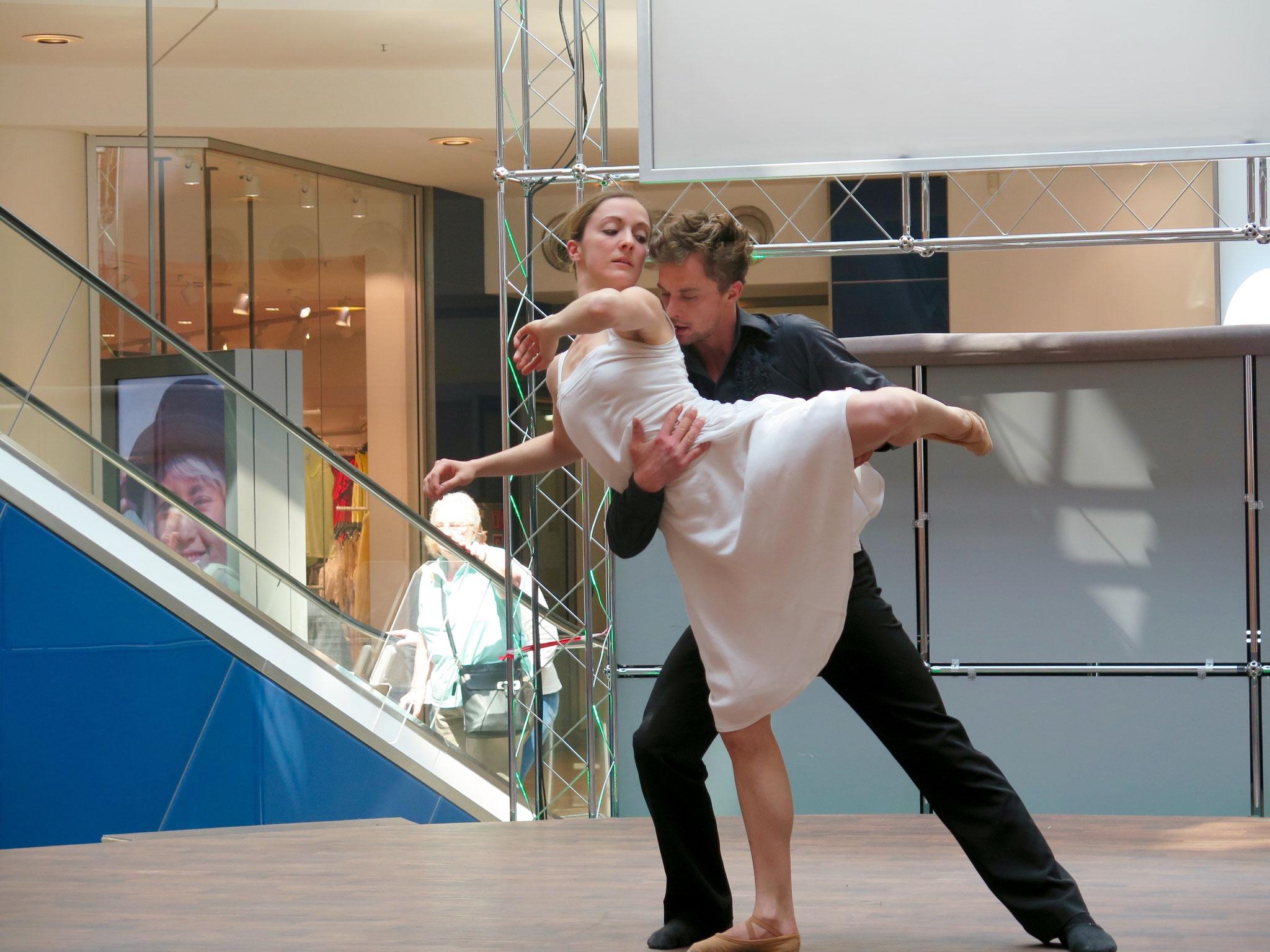 Zur Eröffnung zeigte die Deutsche Tanzkompanie einen Ausschnitt aus ihrer Faust-Produktion.