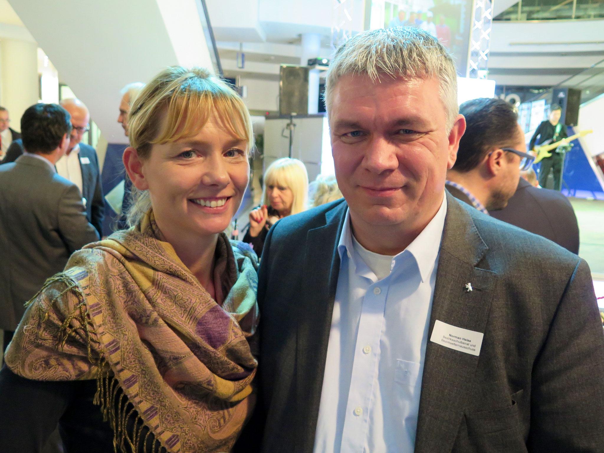 Beate Conrad, Leiterin der Wirtschaftsstelle im Marzahn-Hellersdorfer Schul- und Sportamt, mit Norman Heise, u. a. Vorsitzender des Landeselternausschusses