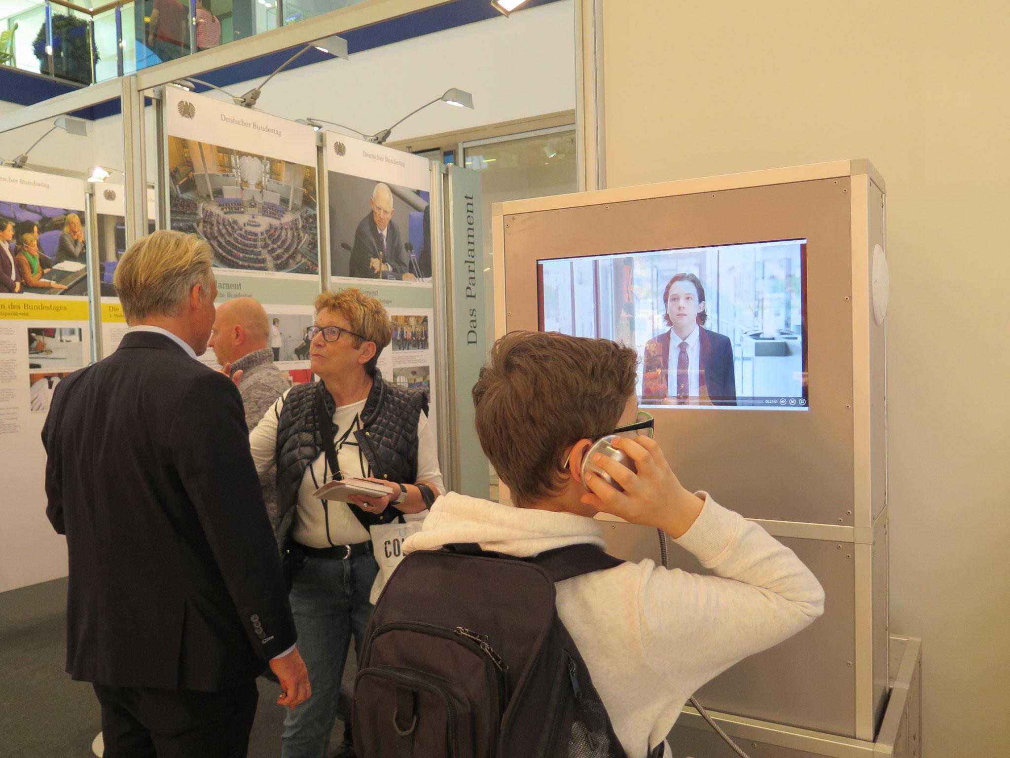 Auch an interaktiven Computerstationen können sich Besucher über den Deutschen Bundestag informieren.