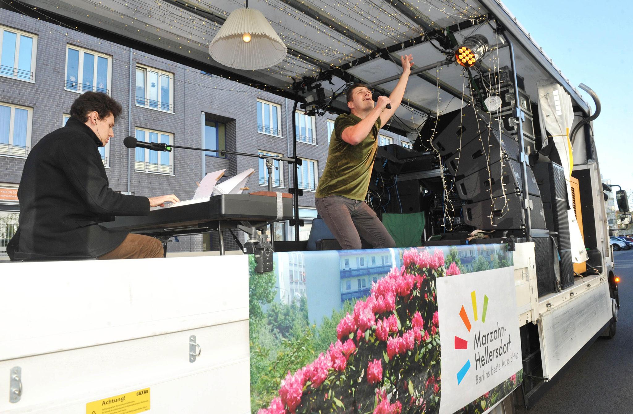 Auf der rollenden Bühne machten Thomas Krüger (l.) und Sebastian Raetzel (r.) an zwei Tagen jeweils fast drei Stunden lang ununterbrochen Musik. © pressefoto-uhlemann.de