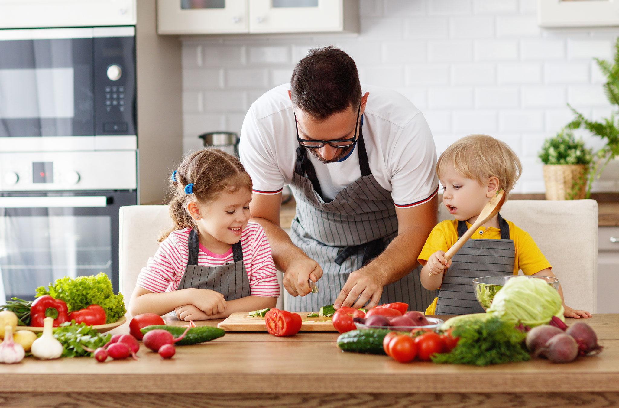 Gemeinsam kochen und backen © Gorodenkoff, Adobe Stock