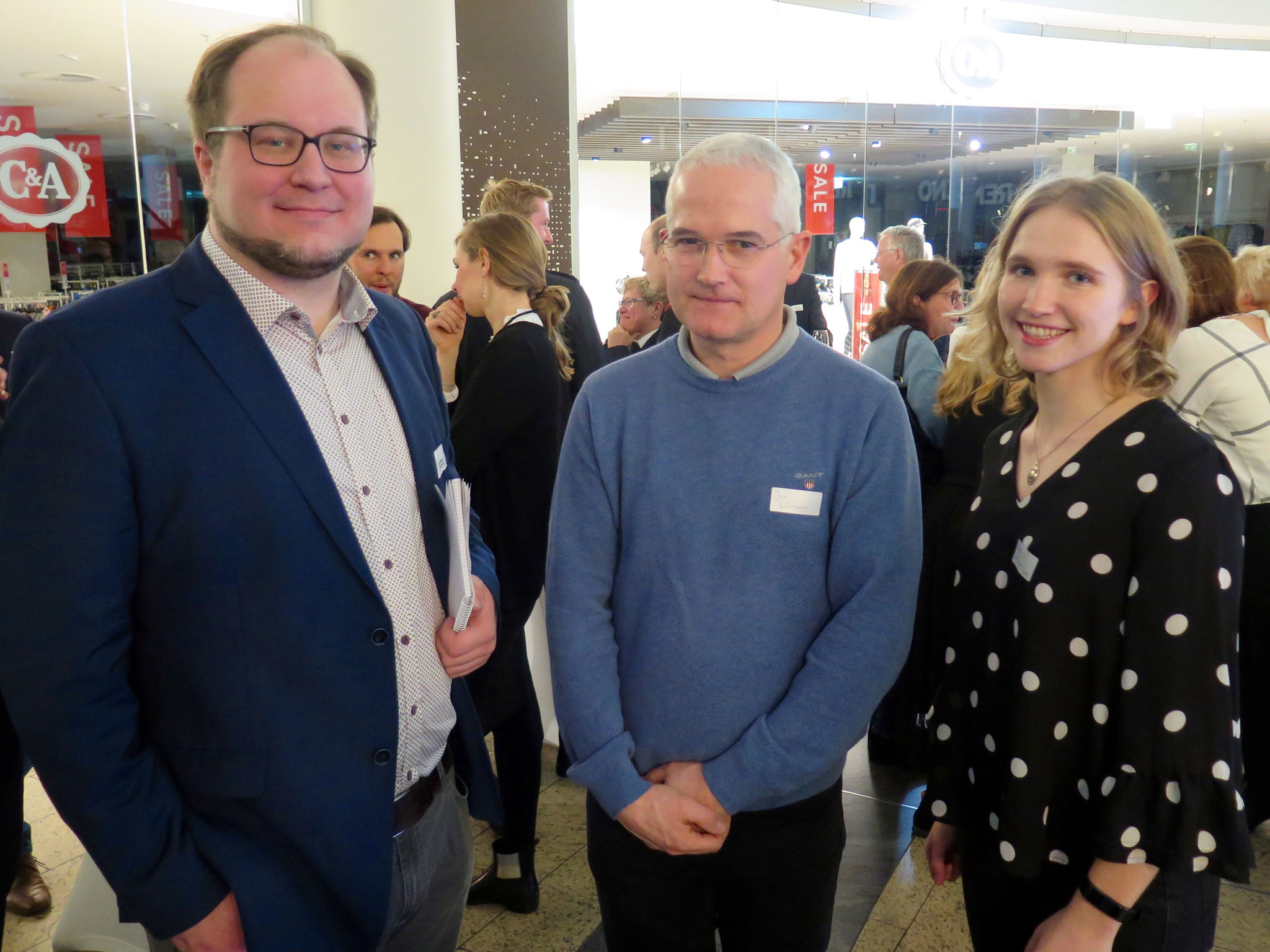 Ingo Salmen (Tagesspiegel) mit dem Vorsitzenden des Bezirkssportbunds, Jan Lehmann, und der SPD-Verordneten Luise Lehmann