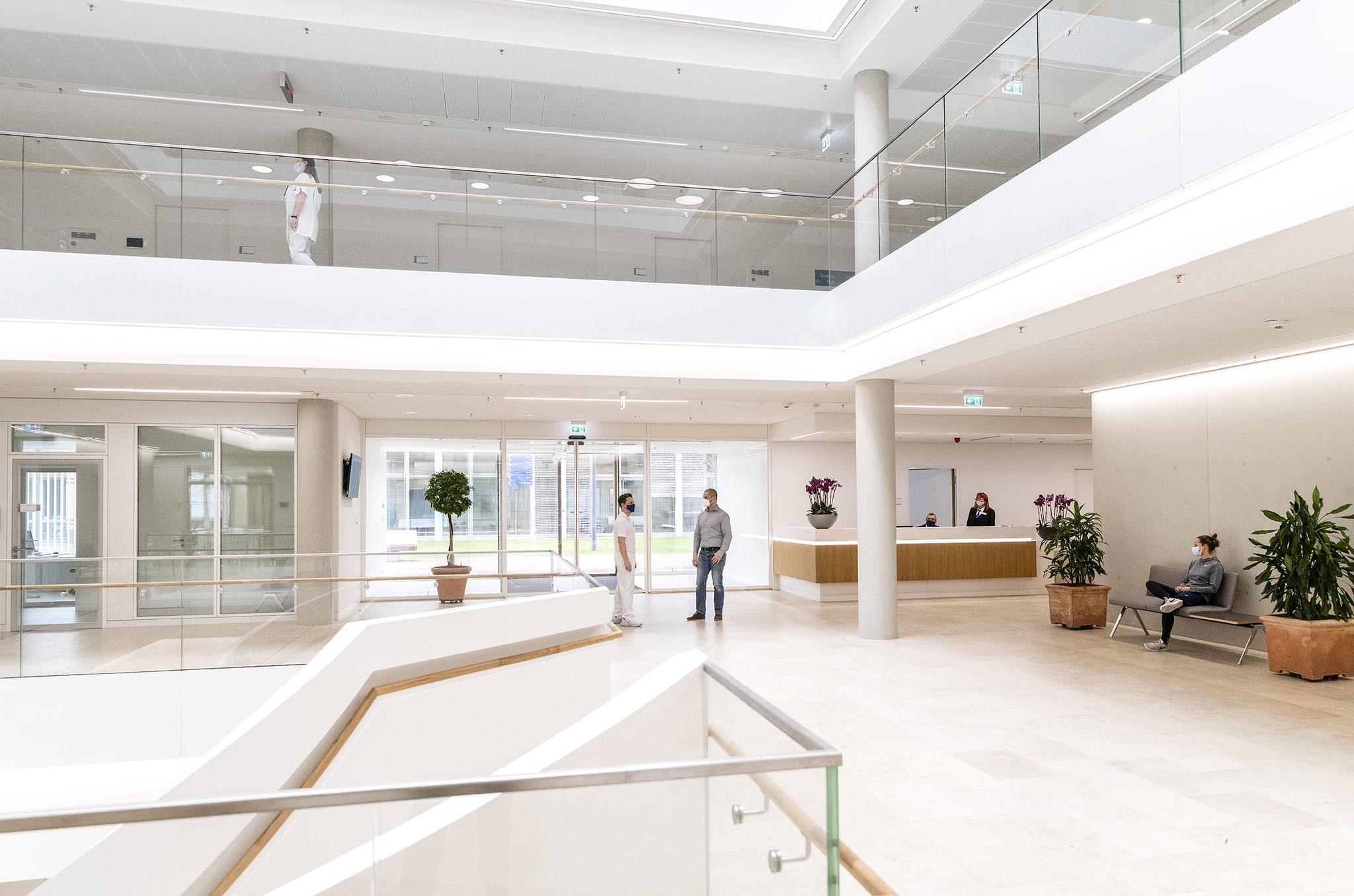 """Gestaltet wurde der Reha-Neubau vom Büro der Architektin Prof. Christine Nickl-Weller. Sie ist Expertin für die sogenannte """"Heilende Architektur"""" © ukb"""