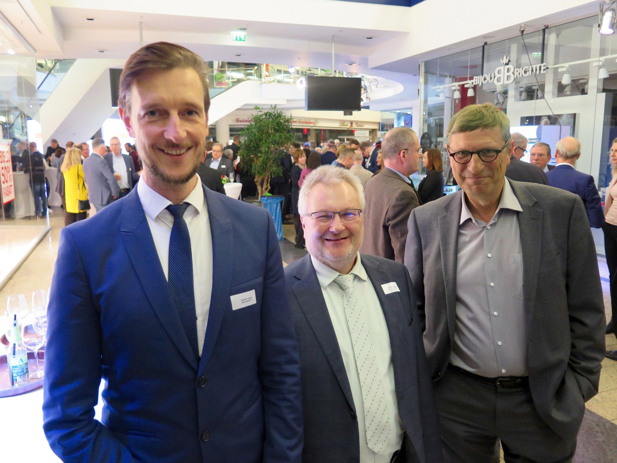Bezirksstadtrat Gordon Lemm (SPD) mit dem Schulleiter des Wilhelm-von-Siemens-Gymnasiums, Andreas Schulz, und Dr. Oleg Peters, Leiter Standortmarketing Marzahn-Hellersdorf