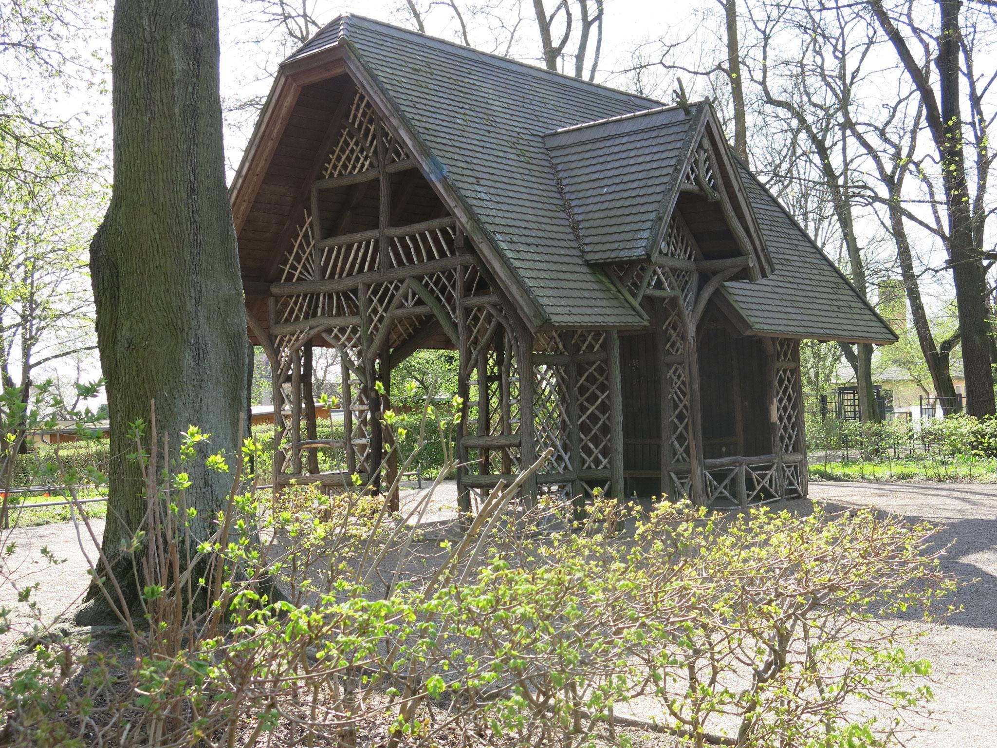Tipp 4: Schlosspark Biesdorf, Teepavillon aus Robinien- und Birkenholz