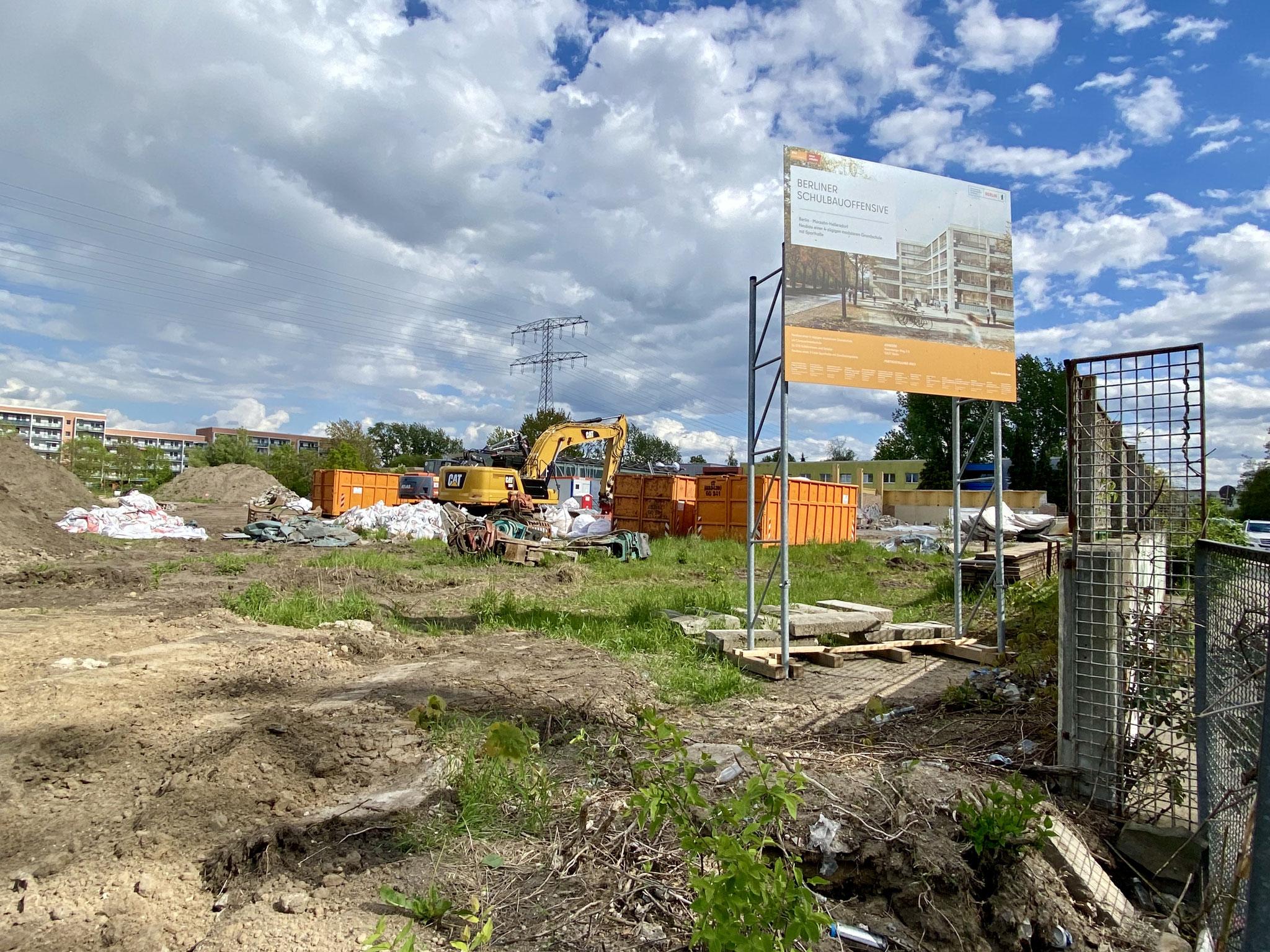 Derzeit finden auf dem Grundstück noch Abbrucharbeiten statt. Weil der Neubau nicht bis zum Sommer 2022 fertig wird, ...