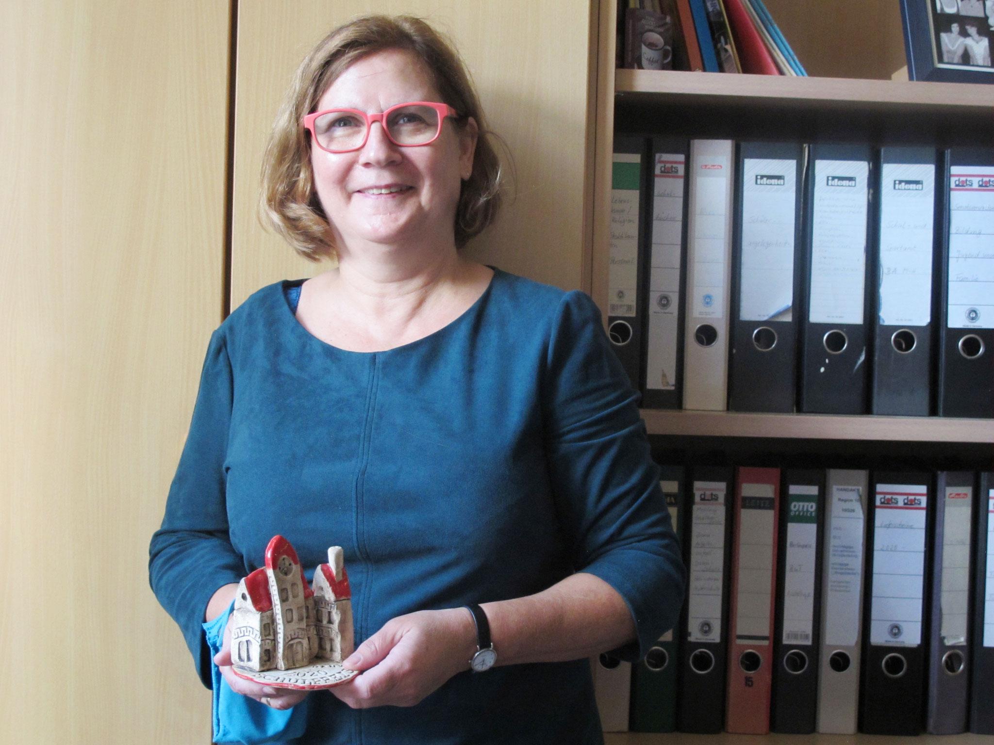Sekretärin Corina Streek ist die gute Seele unter dem Dach der Friedrich-Schiller-Schule.