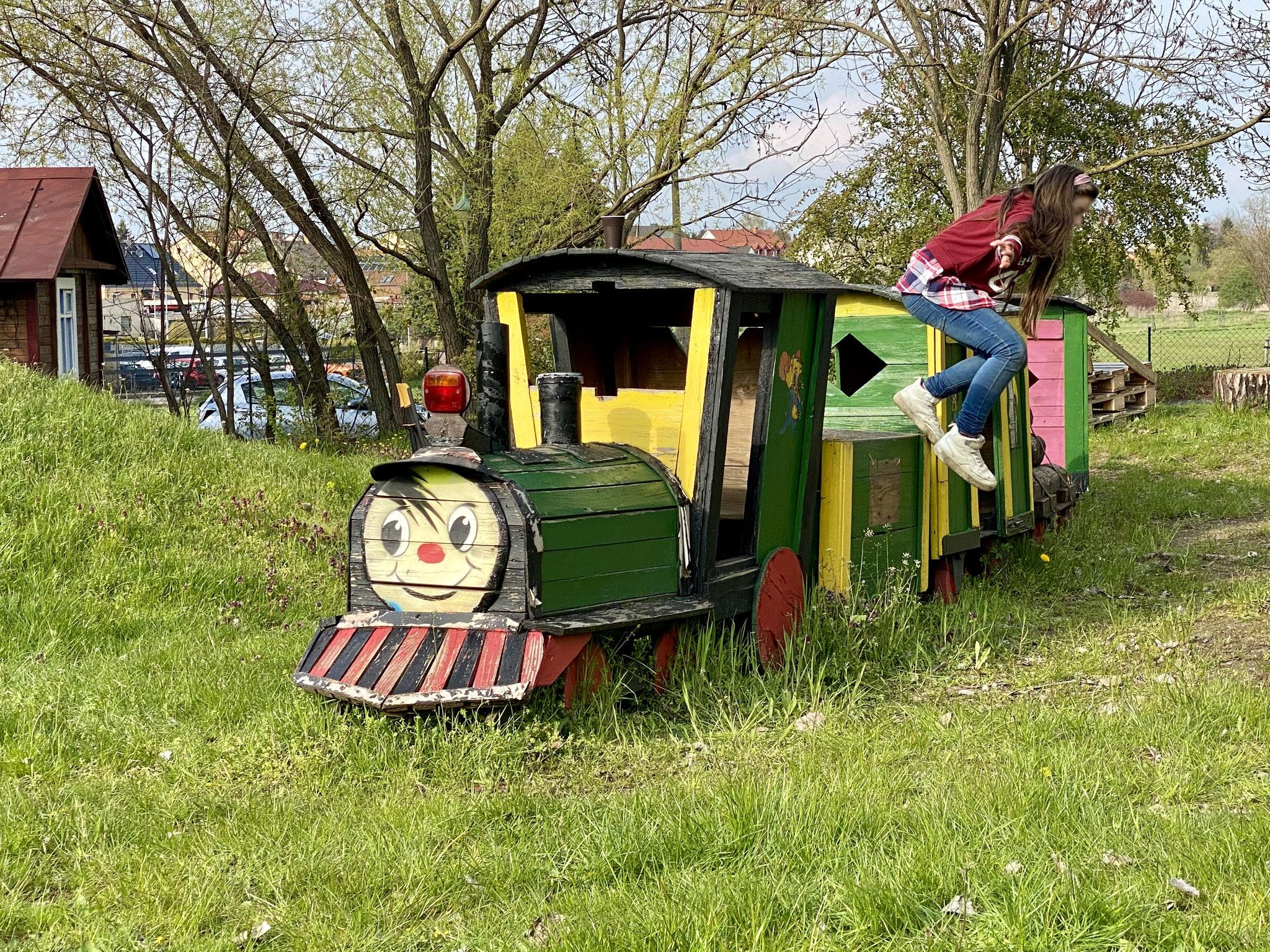 Do-It-Yourself und Upcycling werden bei der Spielplatzinitiative Marzahn großgeschrieben. Die riesige Holzeisenbahn besteht komplett aus Material vom Sperrmüll.