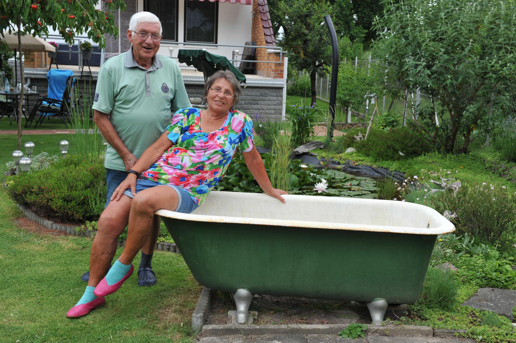 Die grüne Emaille-Badewanne steht schon  seit 1978 im Garten. © pressefoto-uhlemann.de