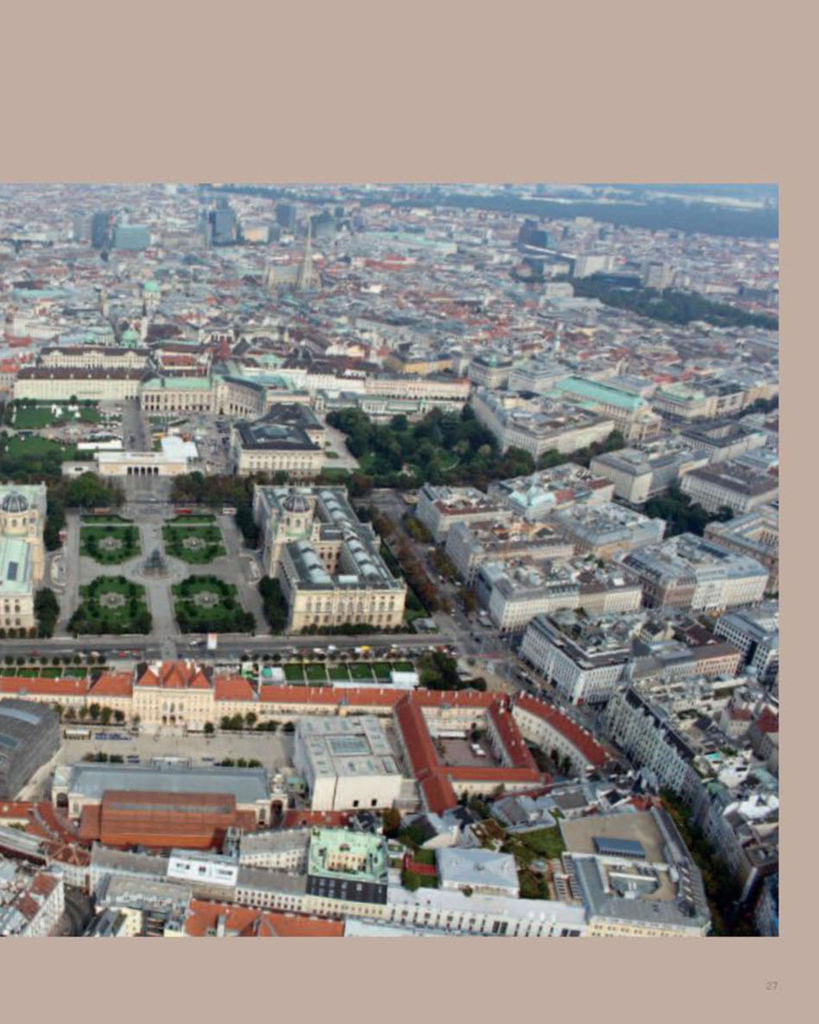 Doppelseite Gesamtansicht  Luftbild © Stefanie Grüssl