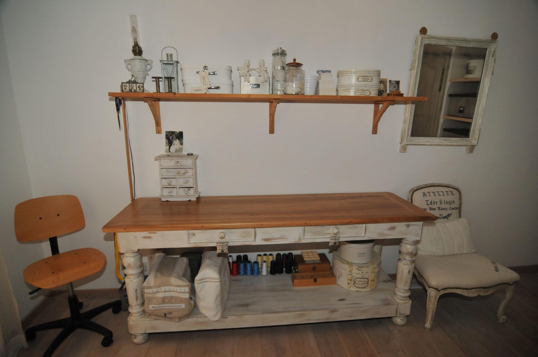 l'atelier de Nicole avec sa table de drapier ancienne
