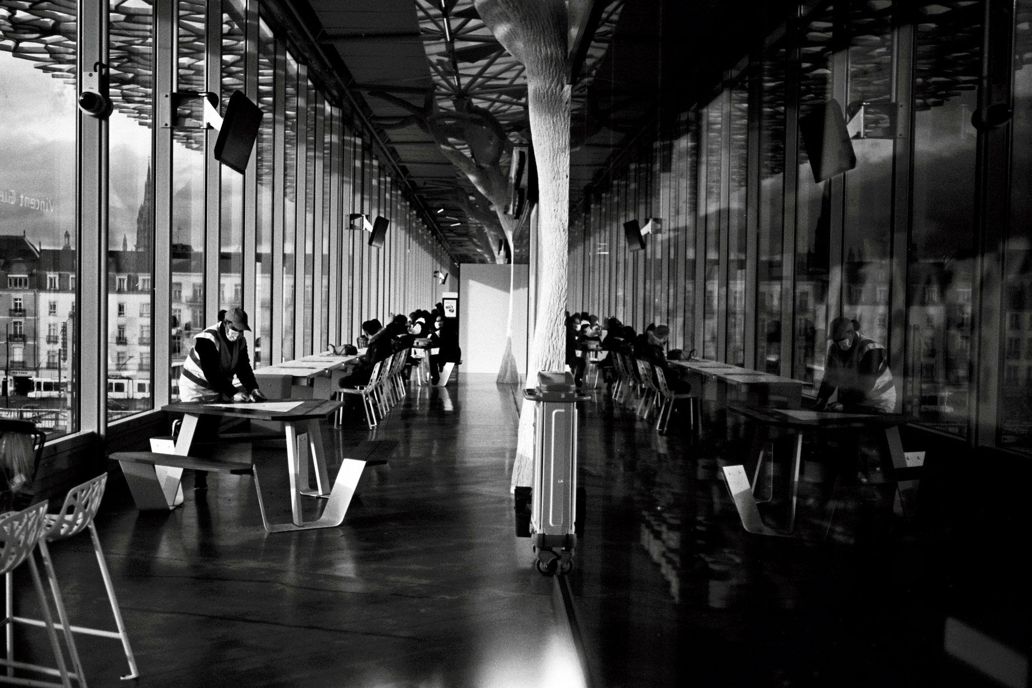 """Work vs break"" - Gare de Nantes (2021). Rollei Blackbird Creative 64 ASA. © Clémence Rougetet"