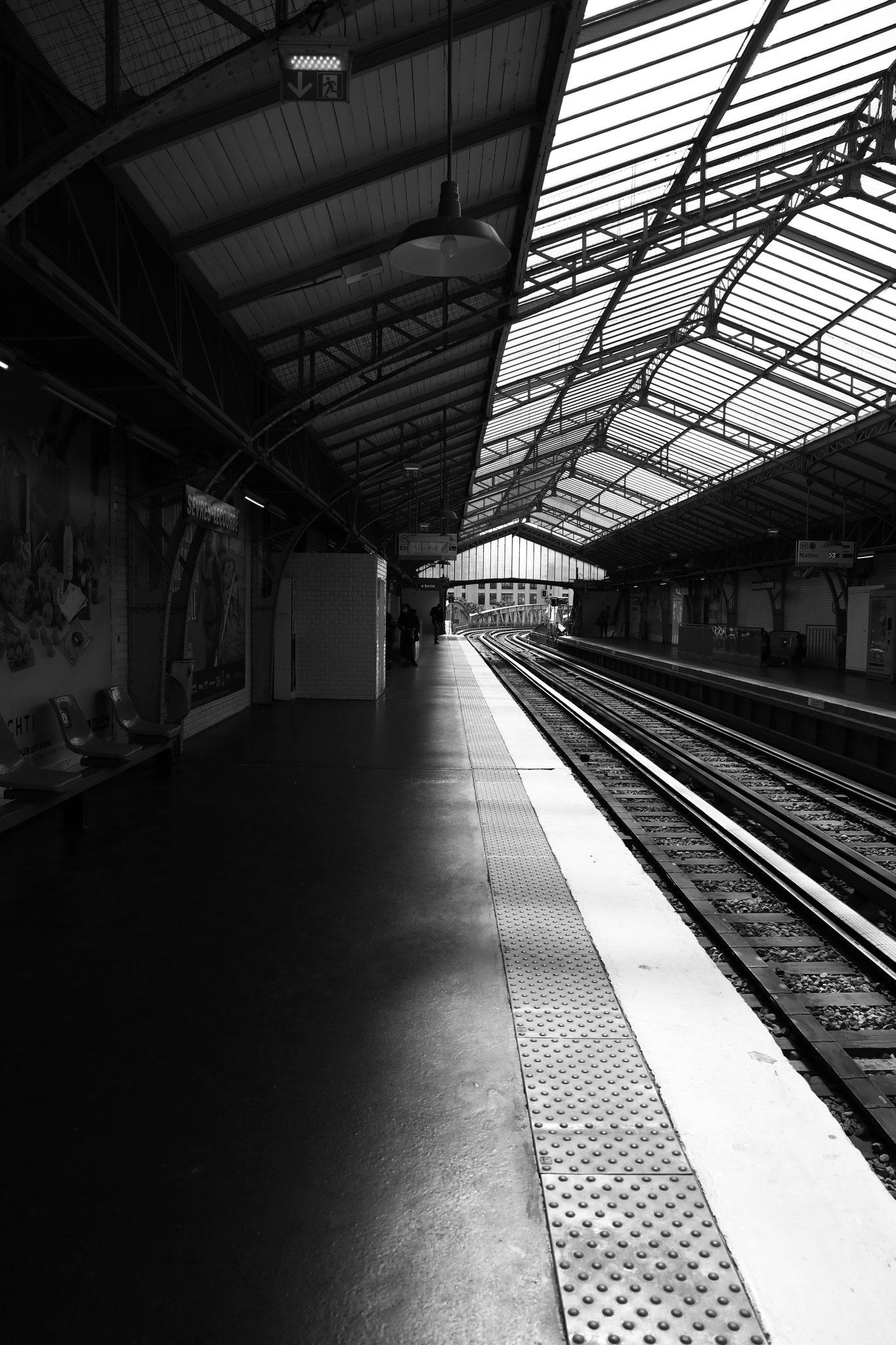 """Light on board"" - Station Sèvres Lecourbe (M°6), Paris (2021). Canon 5D Mark IV + 24-105mm. ©Clémence Rougetet"