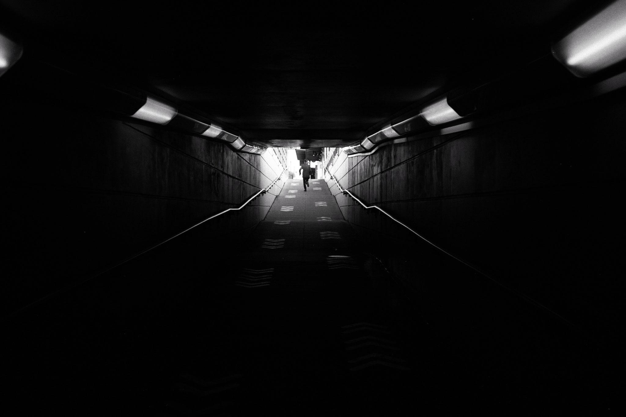 """""""Too late to run"""" - Nantes (2021). Kosmo Foto Mono 100 ASA. © Clémence Rougetet"""