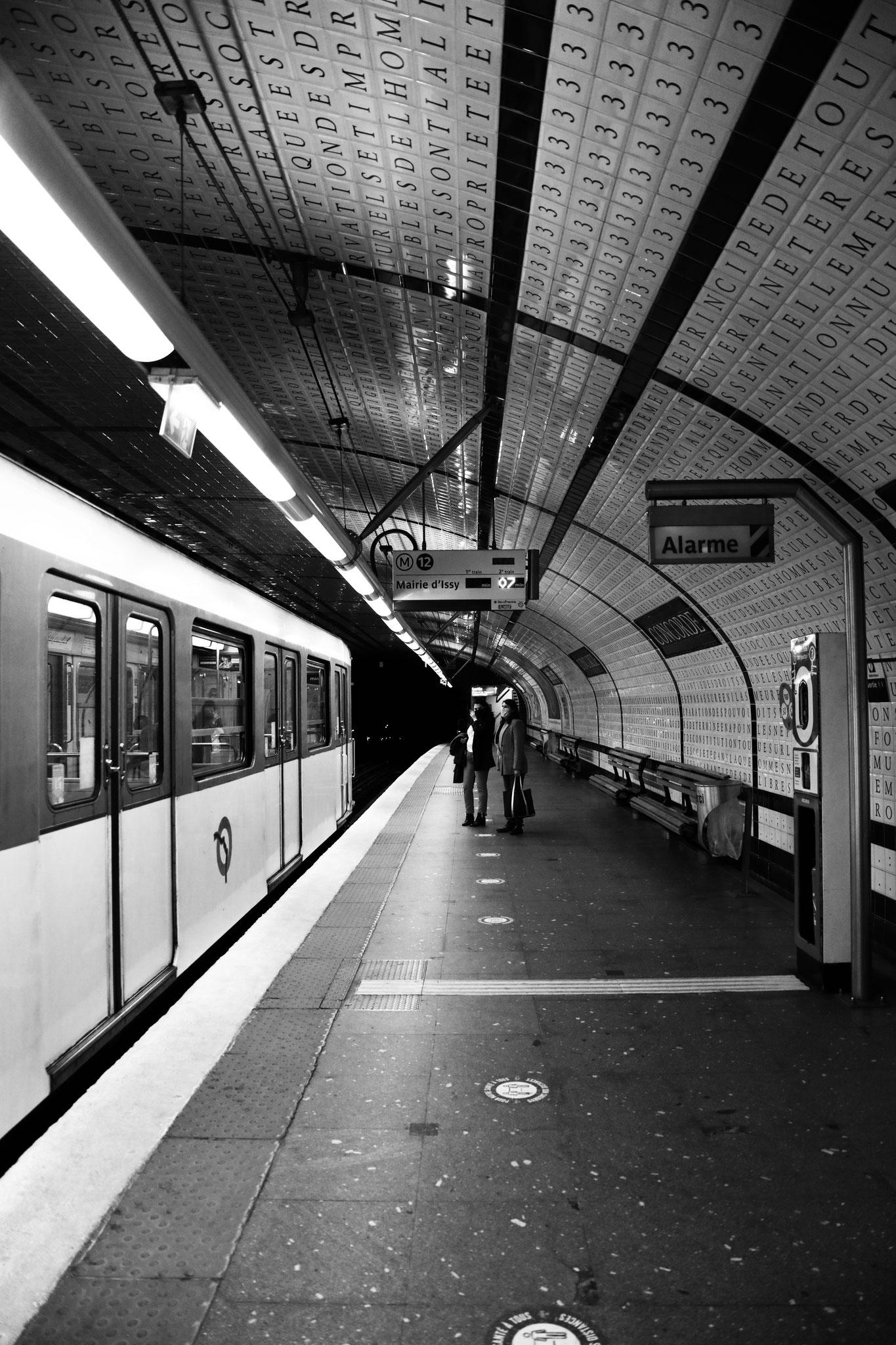 """""""On line"""" - Station Concorde (M°12), Paris (2021). Canon 5D Mark IV + 24-105mm. ©Clémence Rougetet"""