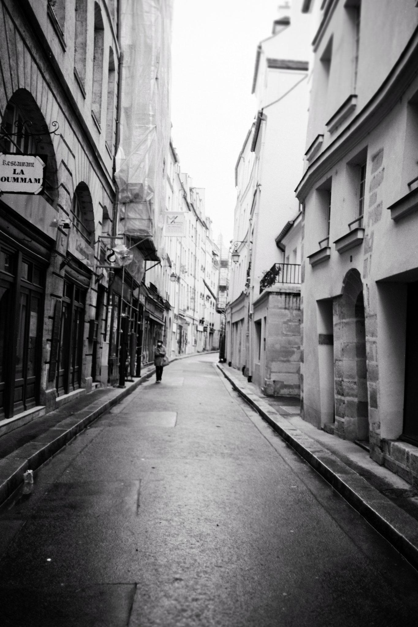 """""""Life without life"""" - Quartier St-Germain-des-Près, Paris (2021). Rollei RPX 25 ASA. © Clémence Rougetet"""