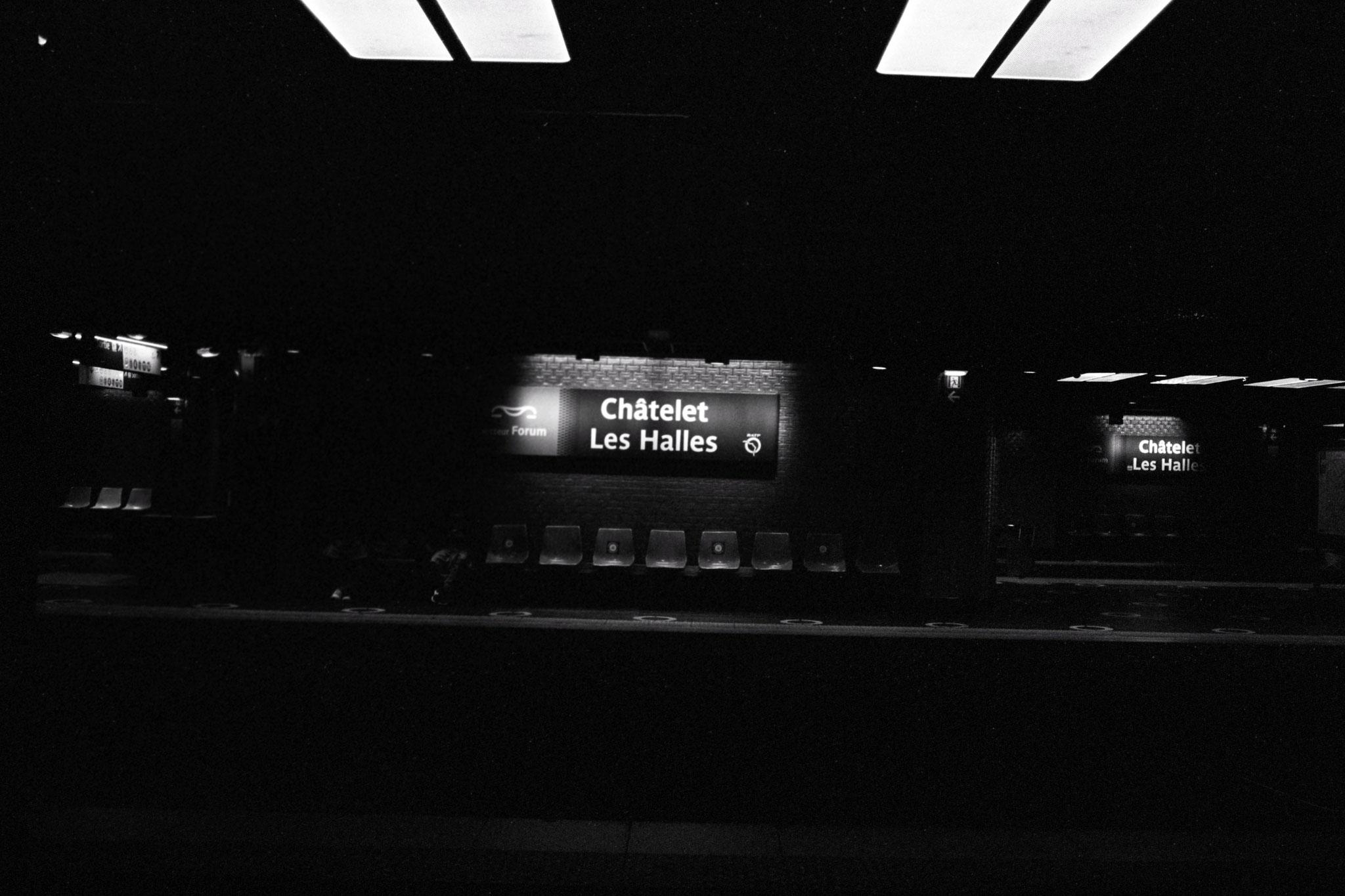 """""""Underground repetition"""" - Station Châtelet-les-Halles, Paris (2021). Rollei Retro 400S + Rolleiflex SL35. ©Clémence Rougetet"""