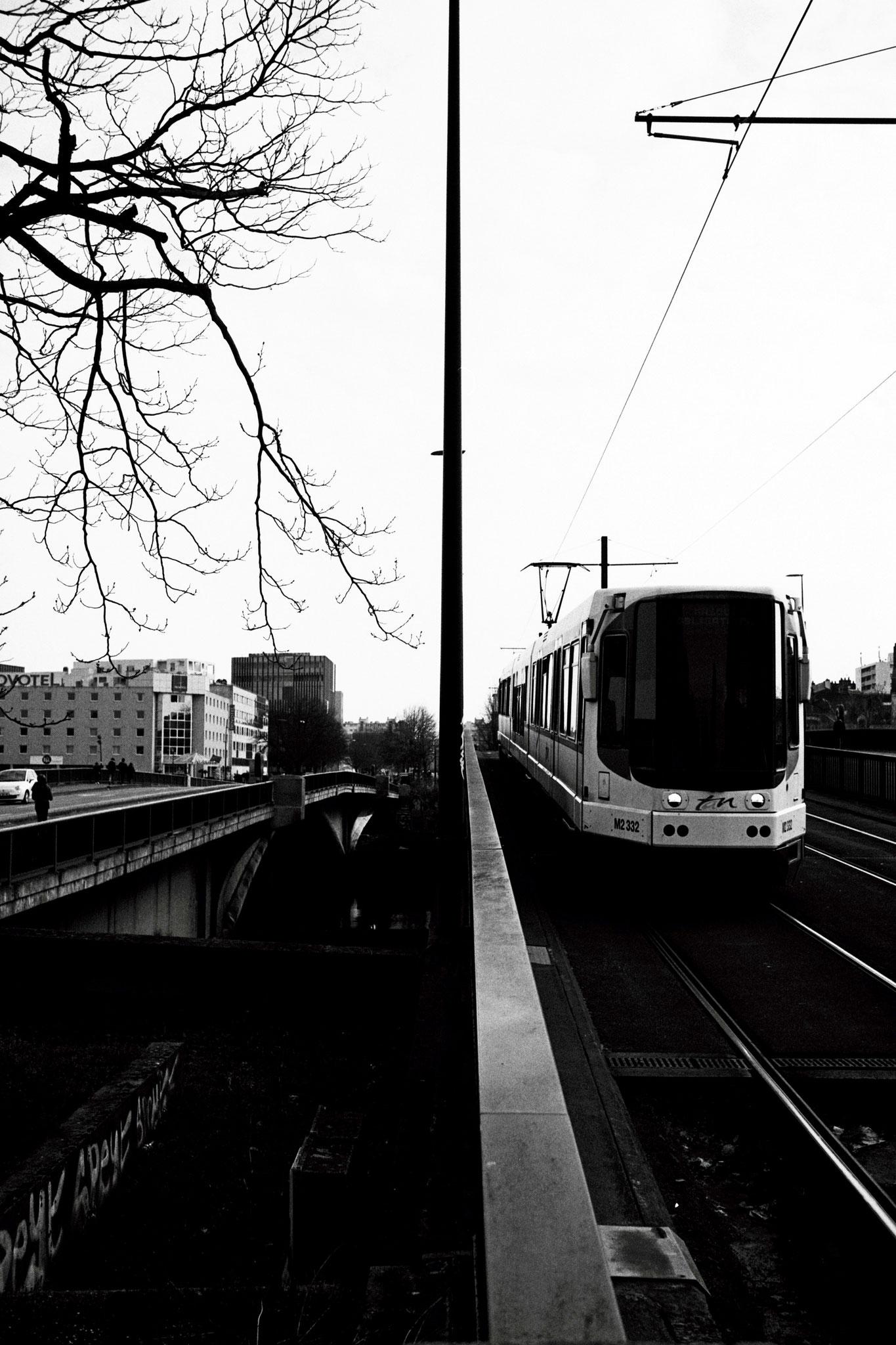 """Driving on the bridge"" - Pont Général Audibert, Nantes (2021). Rollei Blackbird Creative 64 ASA. © Clémence Rougetet"