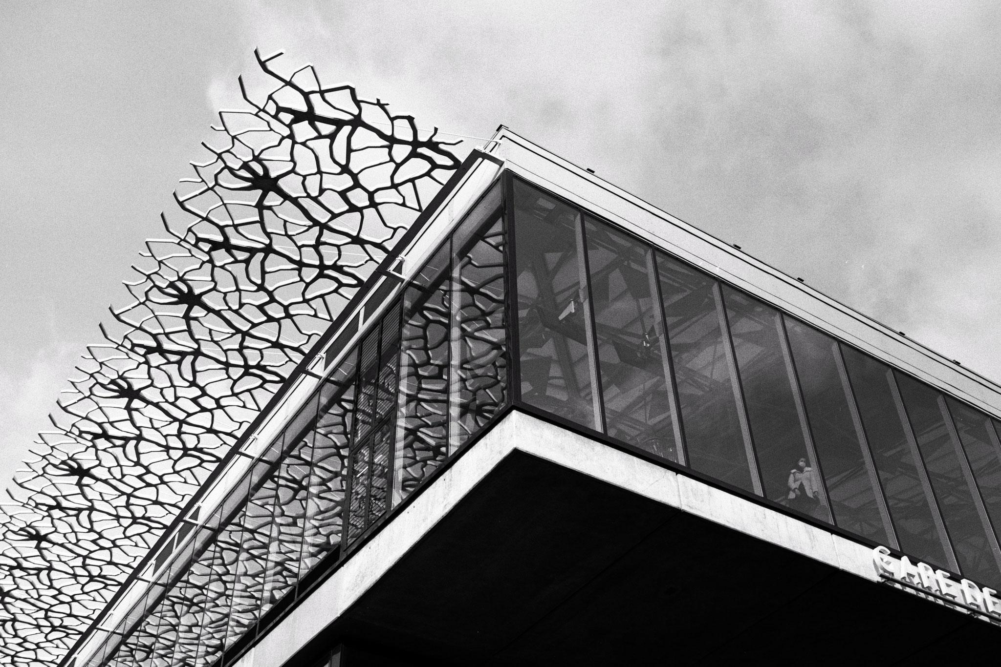 """""""Reflections corner"""" - Gare de Nantes (2021). Kosmo Foto Mono 100 ASA. © Clémence Rougetet"""