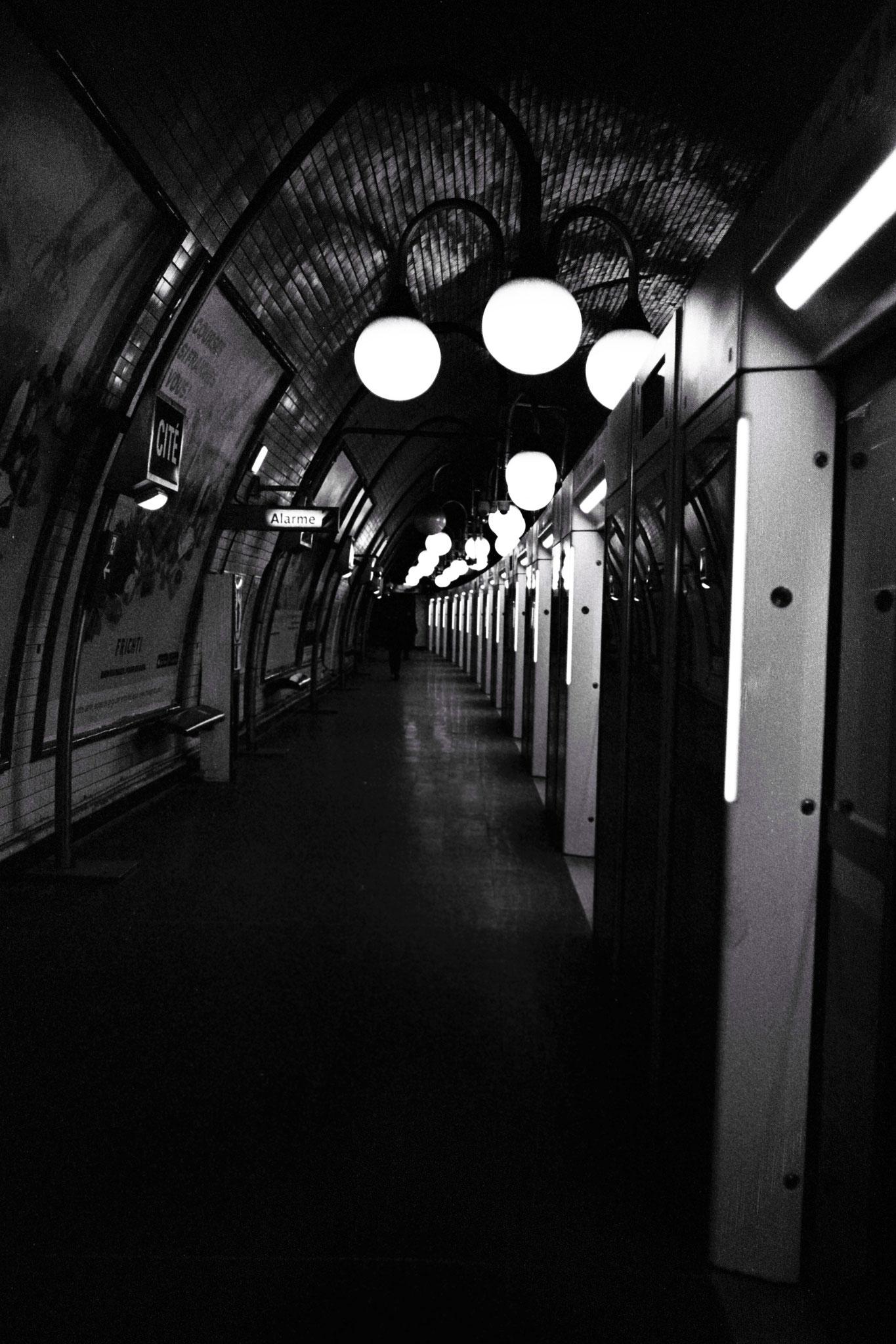 """""""Underground lights"""" - Station Cité (M°4), Paris (2021). Rollei Retro 400S + Rolleiflex SL35. ©Clémence Rougetet"""