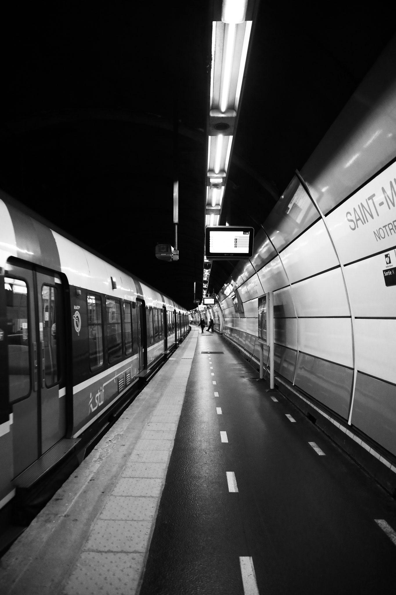 """""""Underground lfie""""- Station Saint-Michel Notre-Dame (RER B), Paris (2021). Canon 5D Mark IV + 24-105mm. ©Clémence Rougetet"""