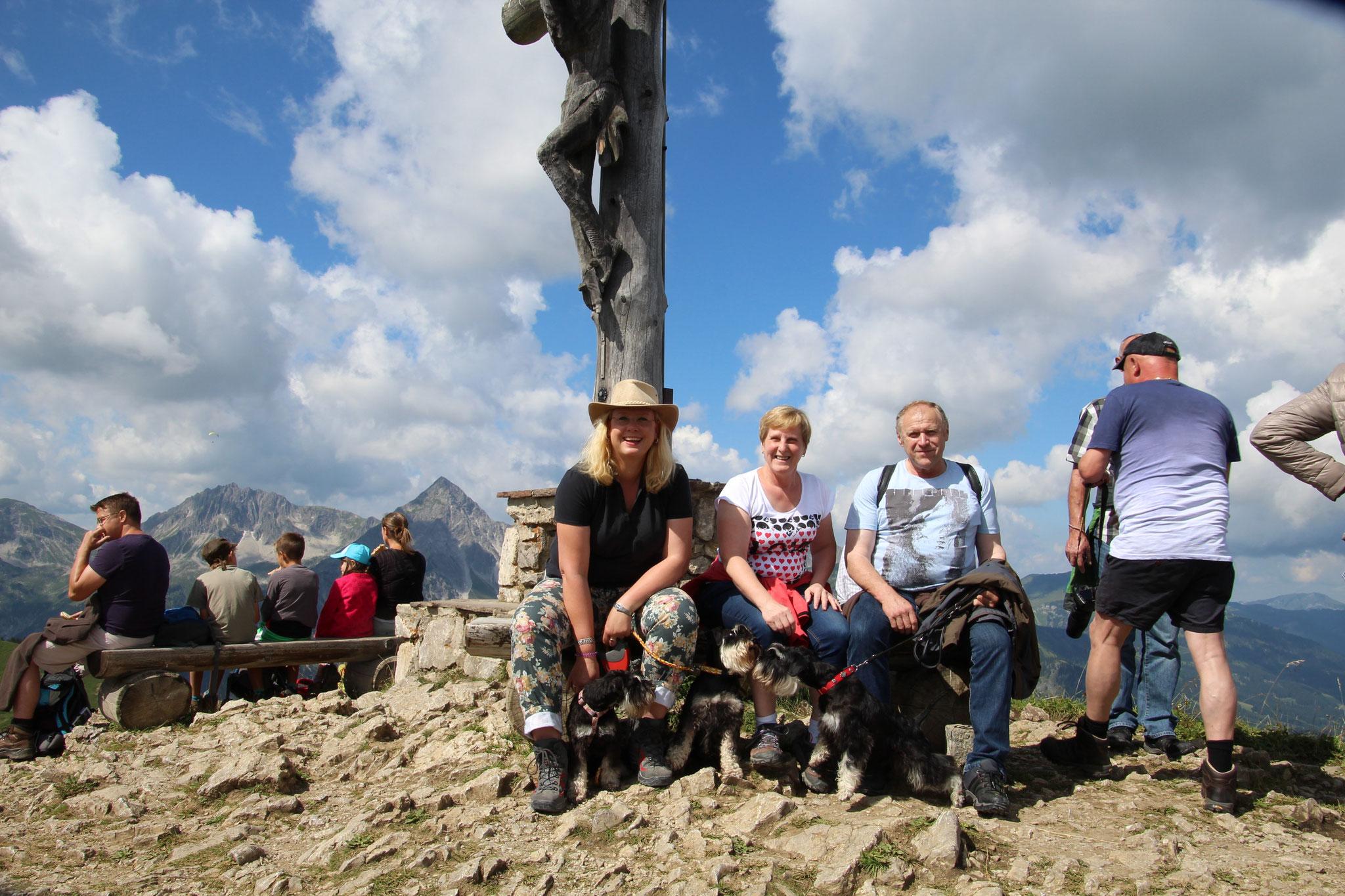 """Pia, Brünni und Attila mit """"Eltern"""" auf dem Neunerköpfle im Tannheimer Tal"""