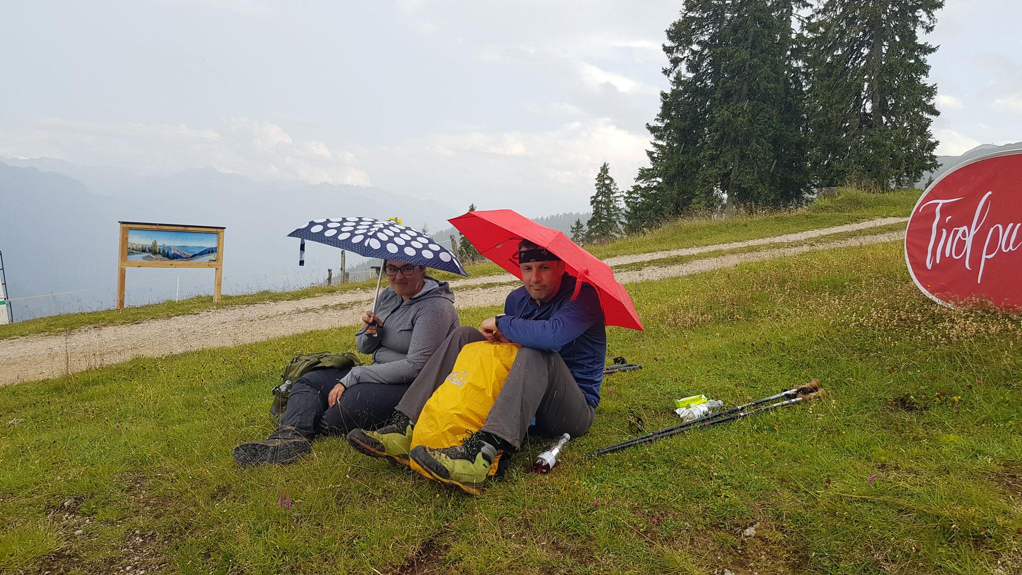 Ein kurzer Regenguss trübt einen richtigen Wanderer nicht :)