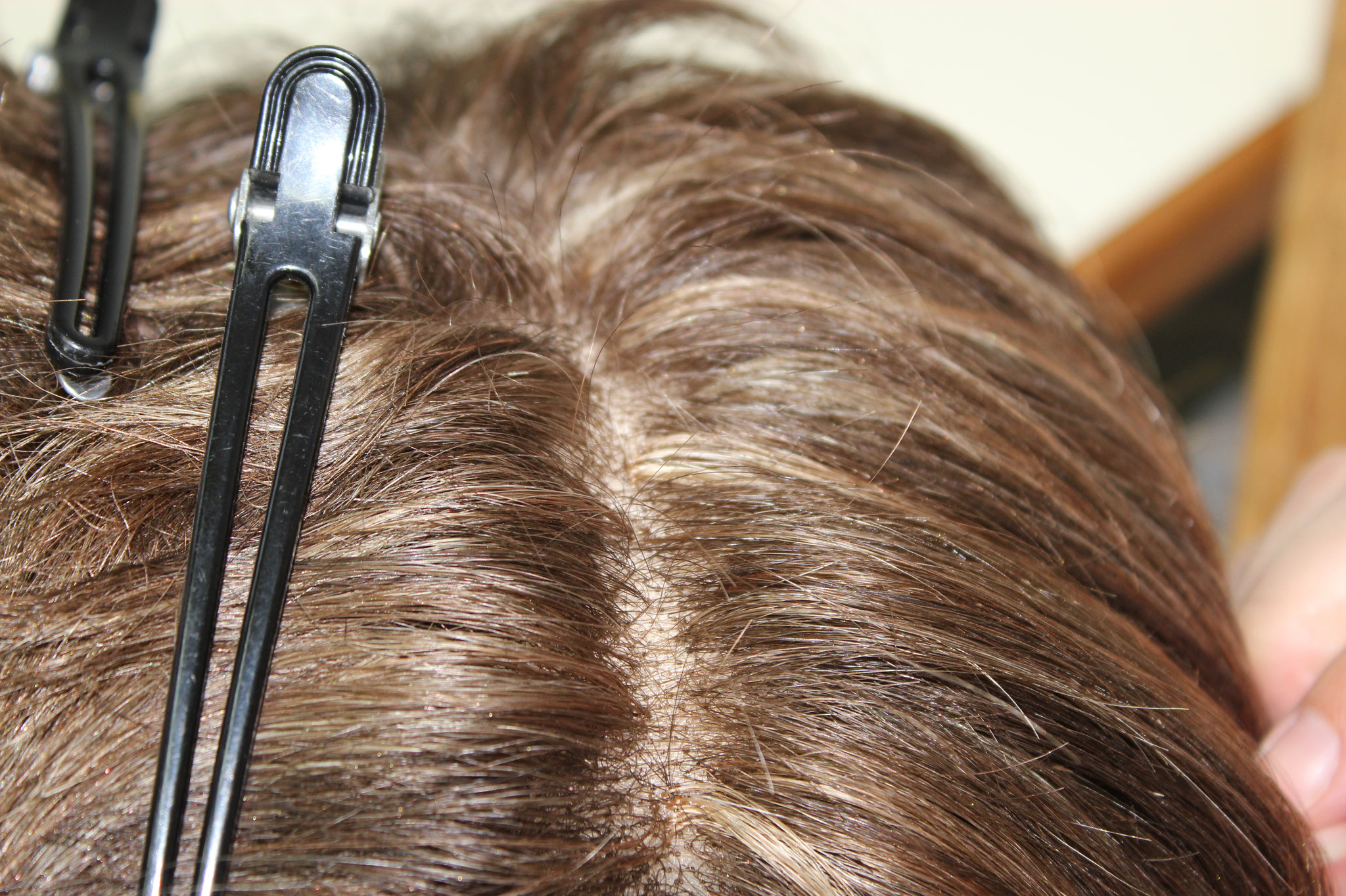 Das Einknüpfen von Haaren an Standardperücken