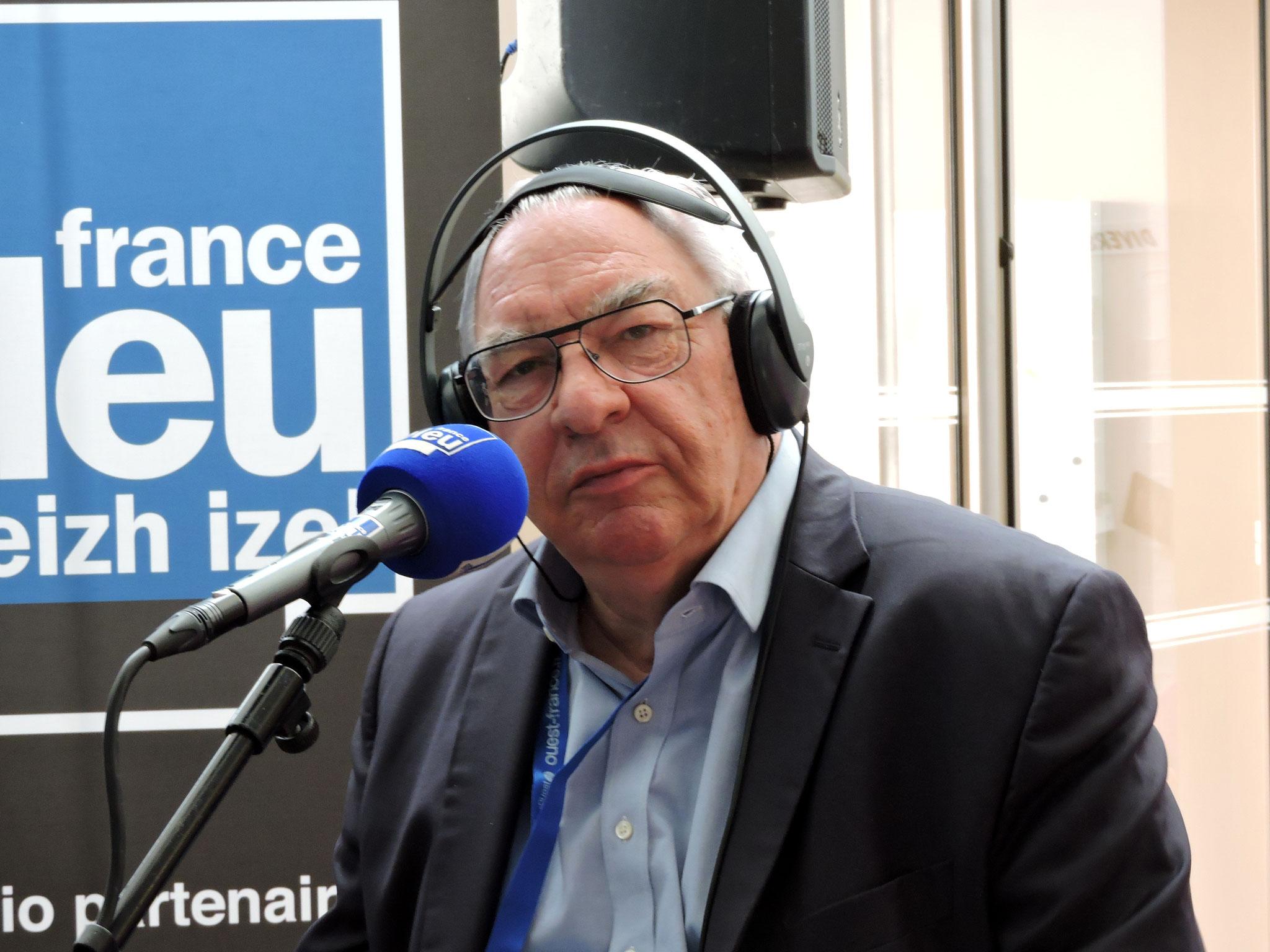 Didier Decoin au micro de France Bleu Breizh Izel ©C. Le Bonhomme