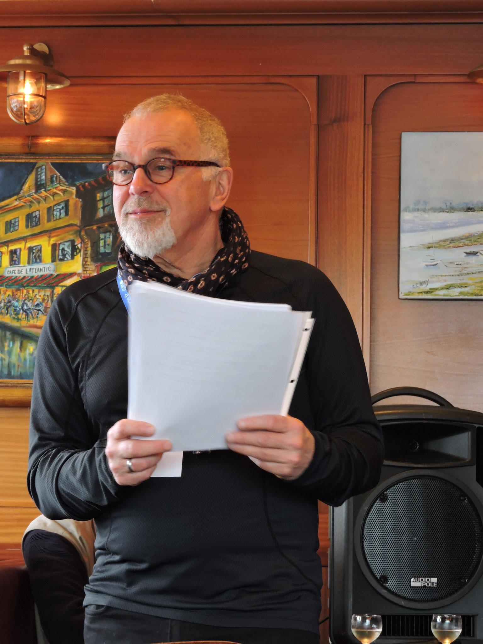 Robin Doucet anime le quizz québécois au Café de l'Atlantic © C. Le Bonhomme