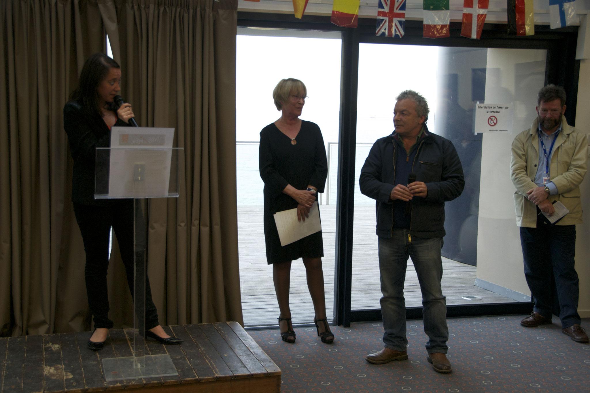 Lætitia Boidin remet le Prix du beau livre / Ville de Concarneau à Dino Di Meo ©P. Morin