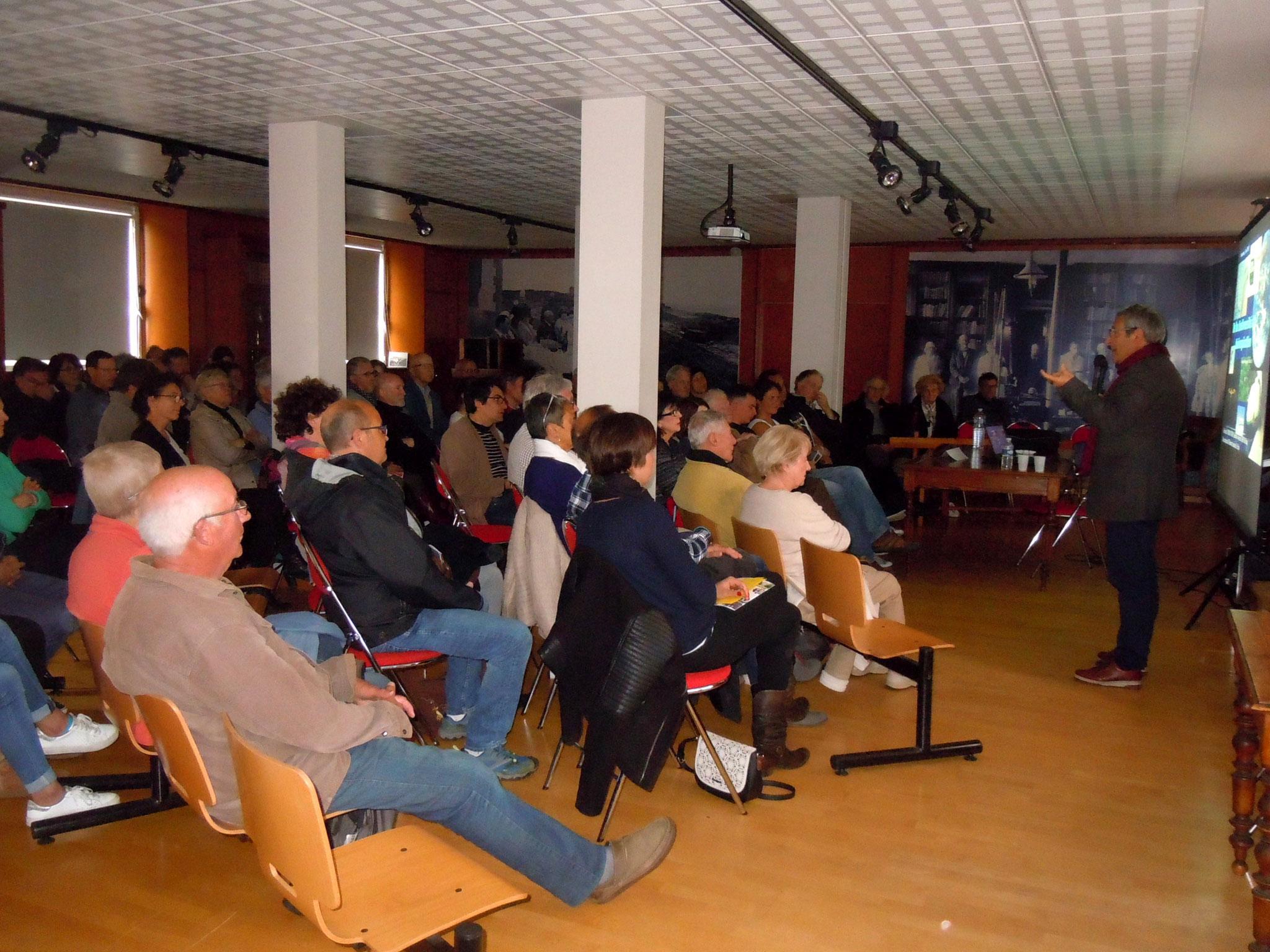 Salle comble pour la conférence de Gilles Bœuf à la Station de biologie marine © C. Le Bonhomme